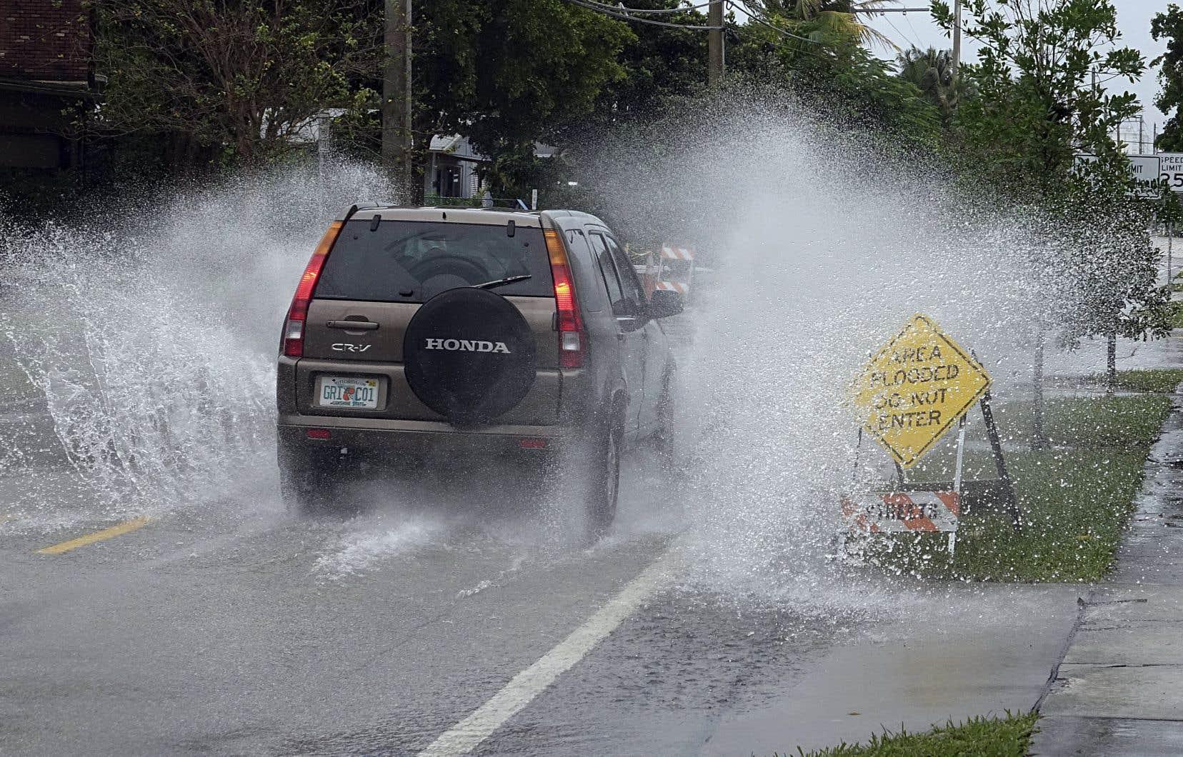 Le sud de la Floride a été placé en avertissement ou alerte ouragan, certaines zones étant déjà frappées par des inondations.