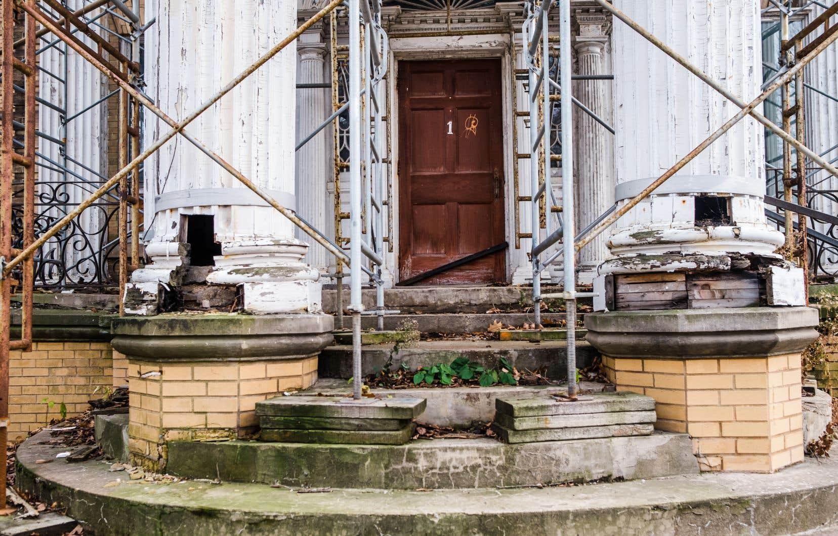 La maison Pollack, construite dans le style des grandes demeures bourgeoises néobaroques du début du XXesiècle, avait été dessinée, avant la Première Guerre mondiale, par l'architecte René-Pamphile Lemay.