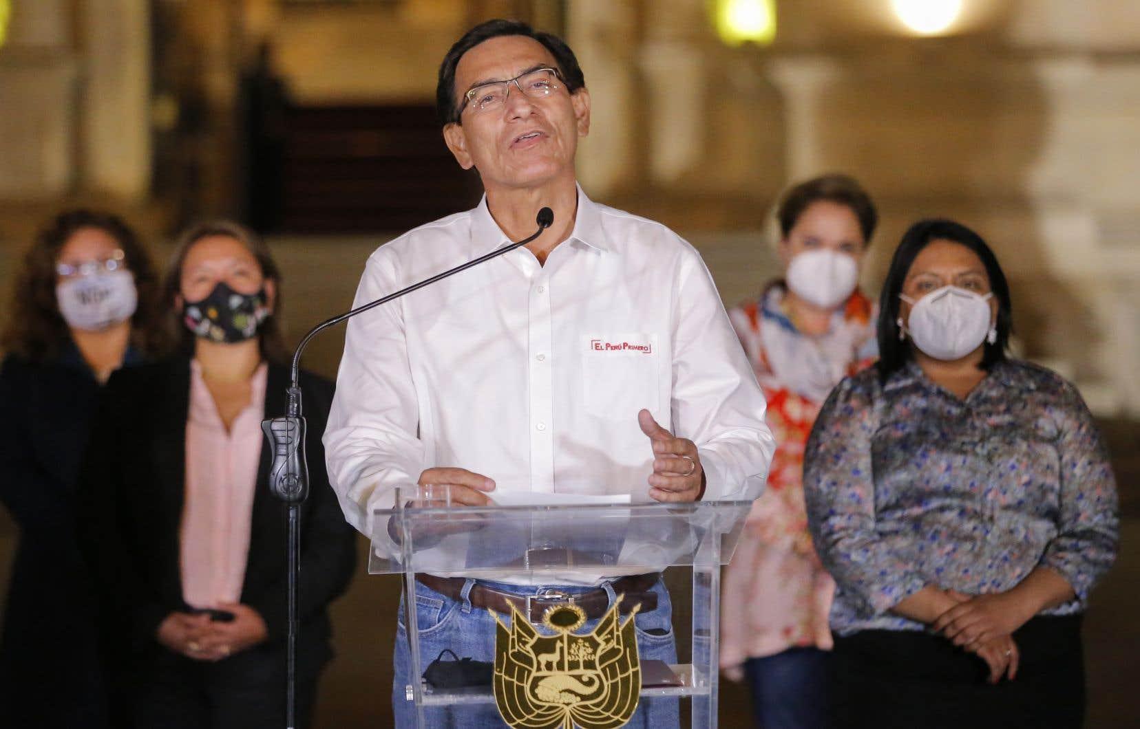 MartinVizcarra,désormais ex-présidentde la République, entouré de ses ministres lors de son discoursdans le jardin de palais.