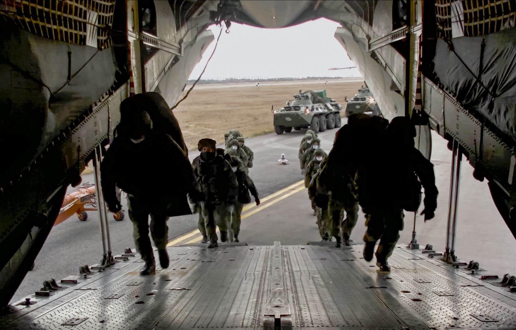 Moscou a aussi annoncé l'arrivée en Arménie mardi des premiers avions transportant les forces de maintien de la paix russes qui seront ensuite envoyées au Haut-Karabakh.
