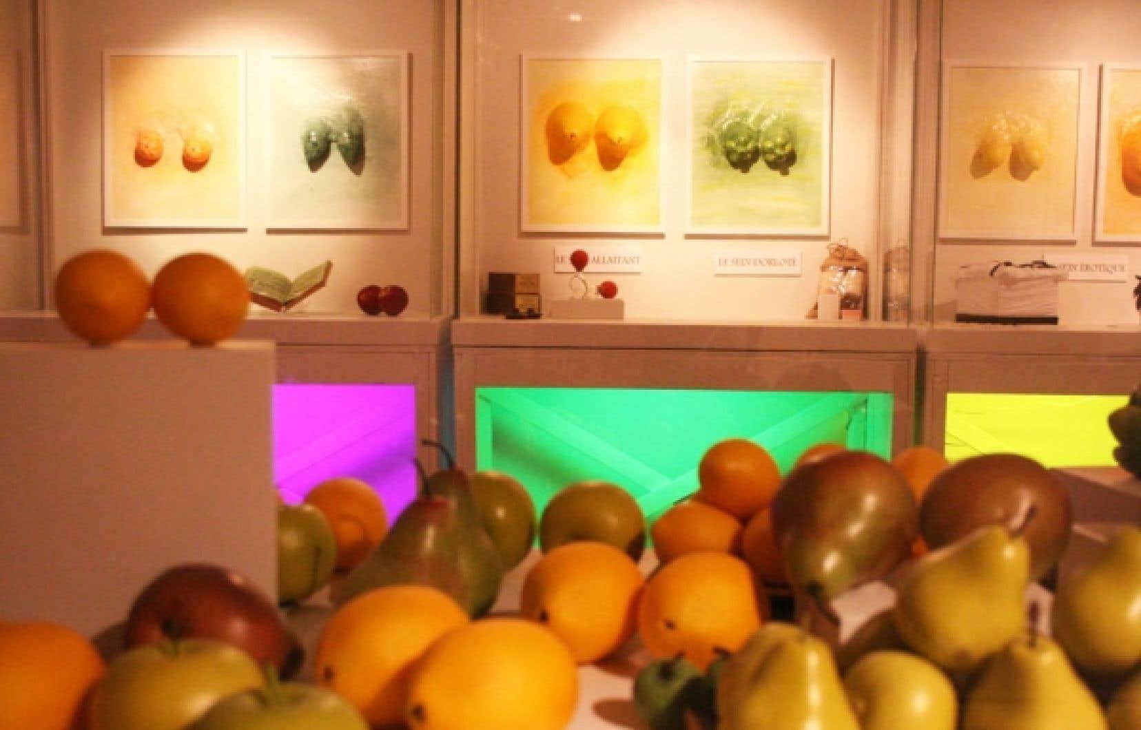 La poitrine est représentée par des fruits dans les œuvres accrochées au mur. <br />
