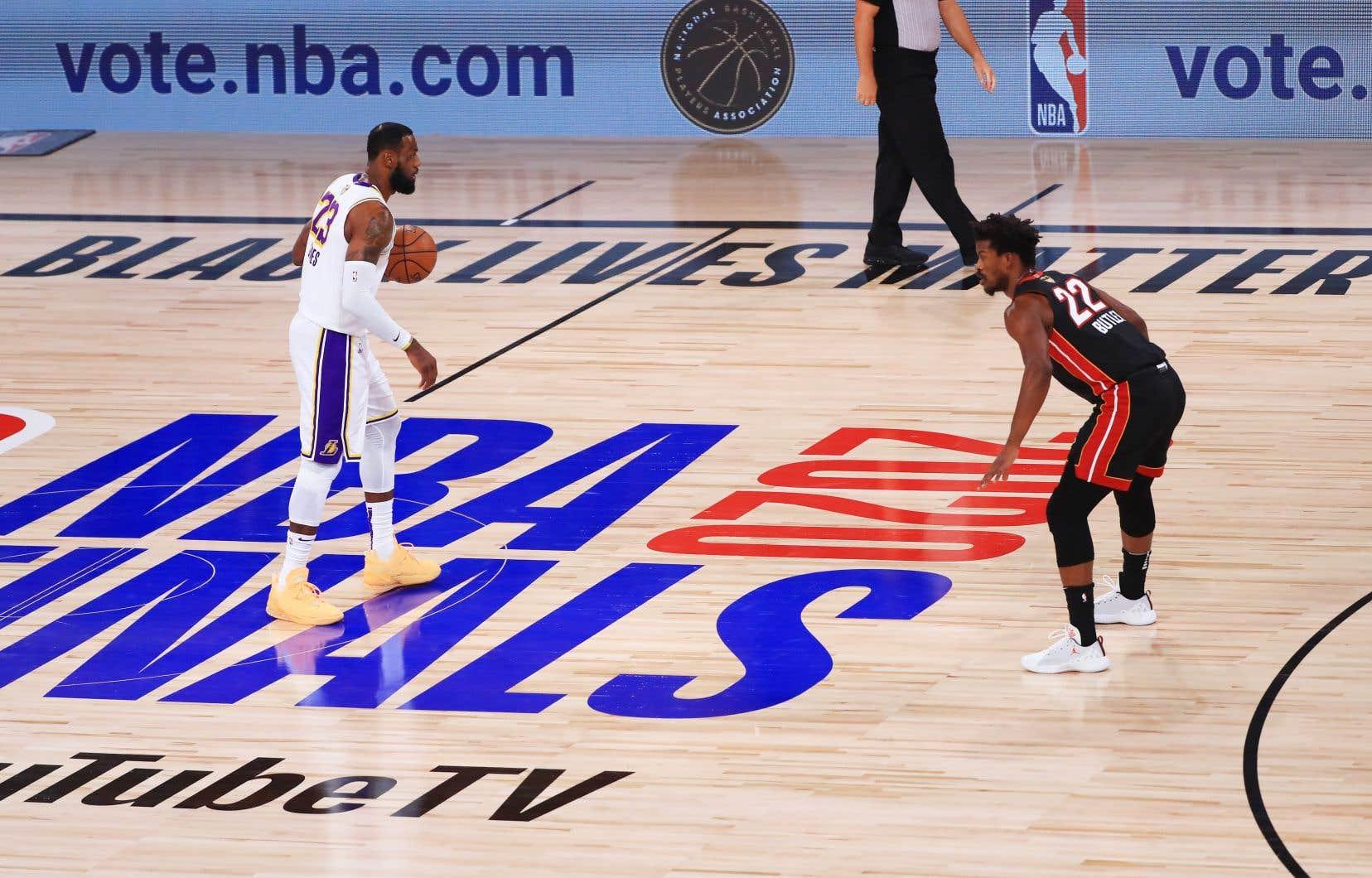 Les finalistes de la saison passée, les Lakers et le Heat, ont joué jusqu'à la mi-octobre. Sur cette photo, les vedettes des deux équipes: Lebron James et Jimmy Butler.