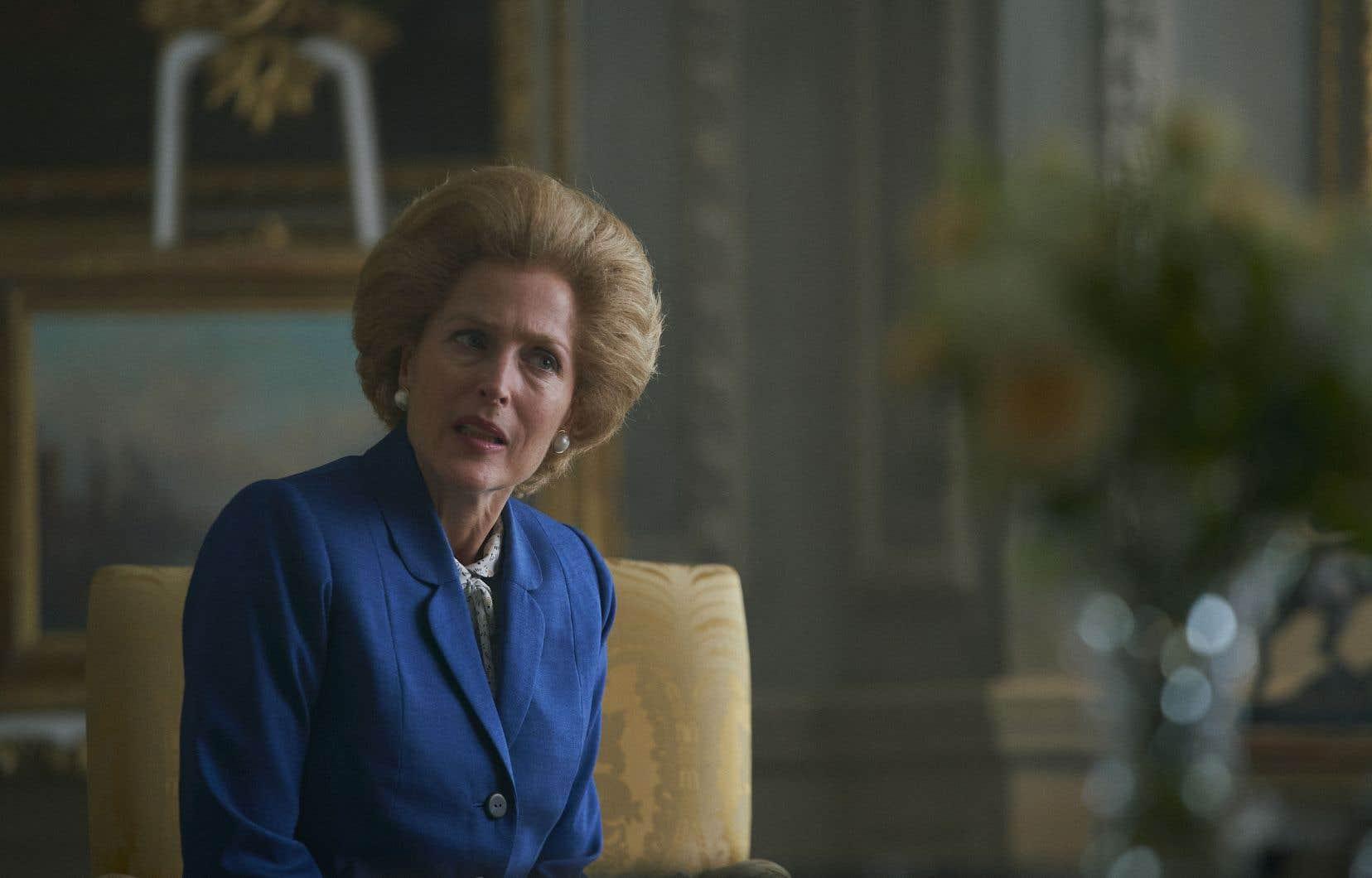 Gillian Anderson campe une dame de fer plus vraie que nature. Le corps aussi rigide que la coiffure, la voix douce mais autoritaire, la diction affectée, l'actrice américaine n'a rien à envier à Meryl Streep dans «La dame de fer» de Phyllida Lloyd.