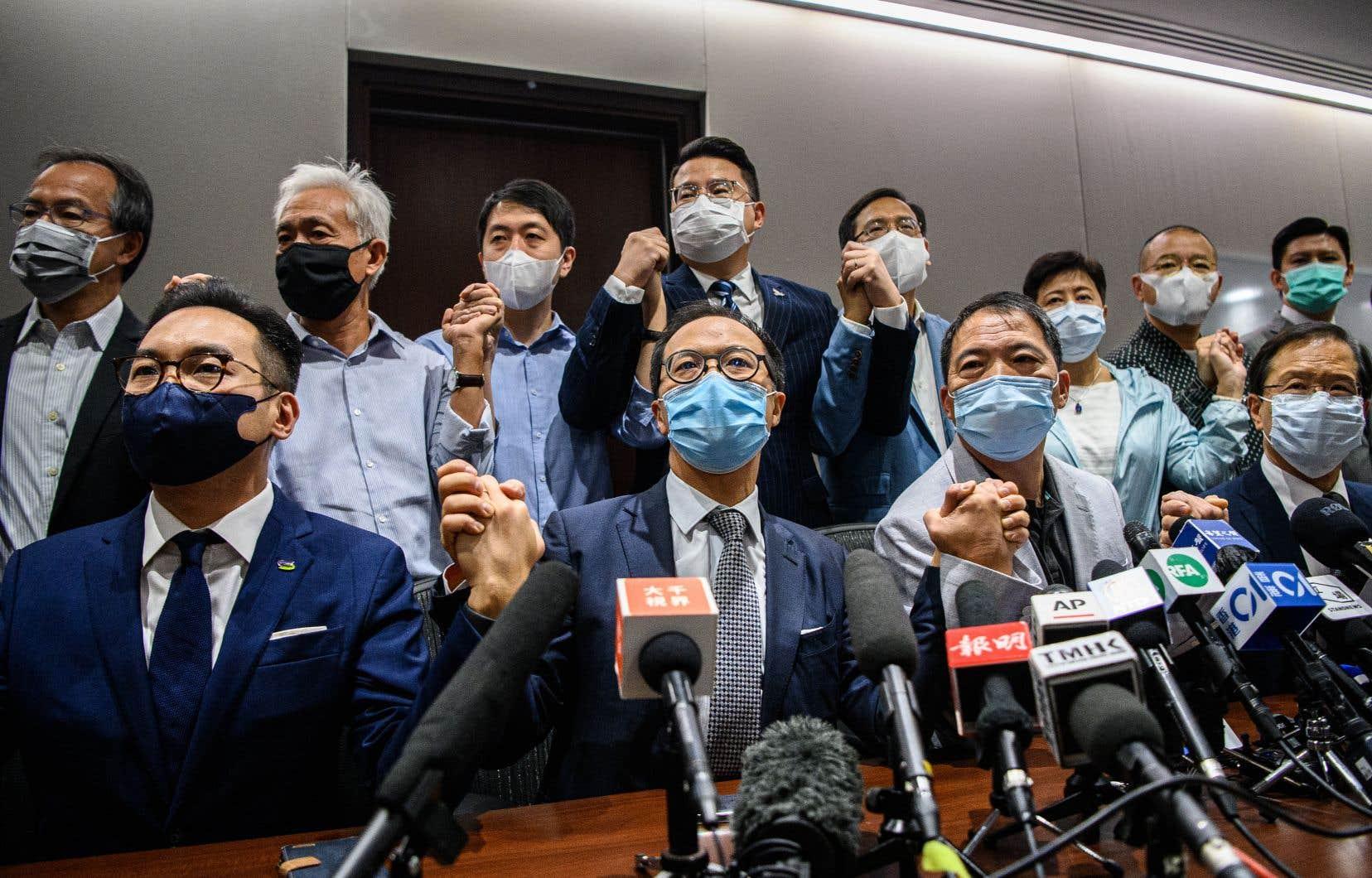 Tous les députés pro-démocratie hongkongais ont démissionné en bloc mercredi, déclenchant une crise politique sans précédent.