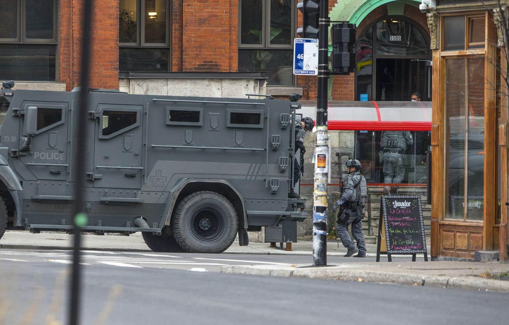 Un camion blindé est visible près de l'entrée de l'immeuble abritant les locaux d'Ubisoft Montréal.