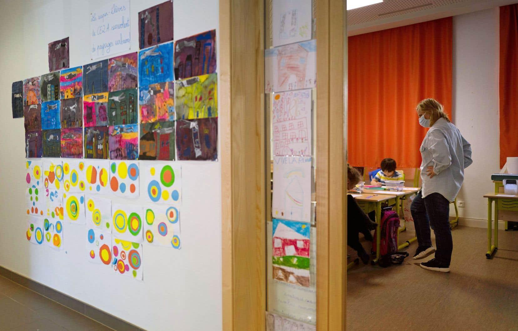 Vendredi, «Le Devoir» présentait les résultats d'une enquête sur la ventilation des classes, menée avec la collaboration d'enseignants dans cinq écoles. Dans deux classes d'une école ne disposant pas de ventilation mécanique, des concentrations de CO2 excédant d'environ 60% les recommandations québécoises ont été mesurées.