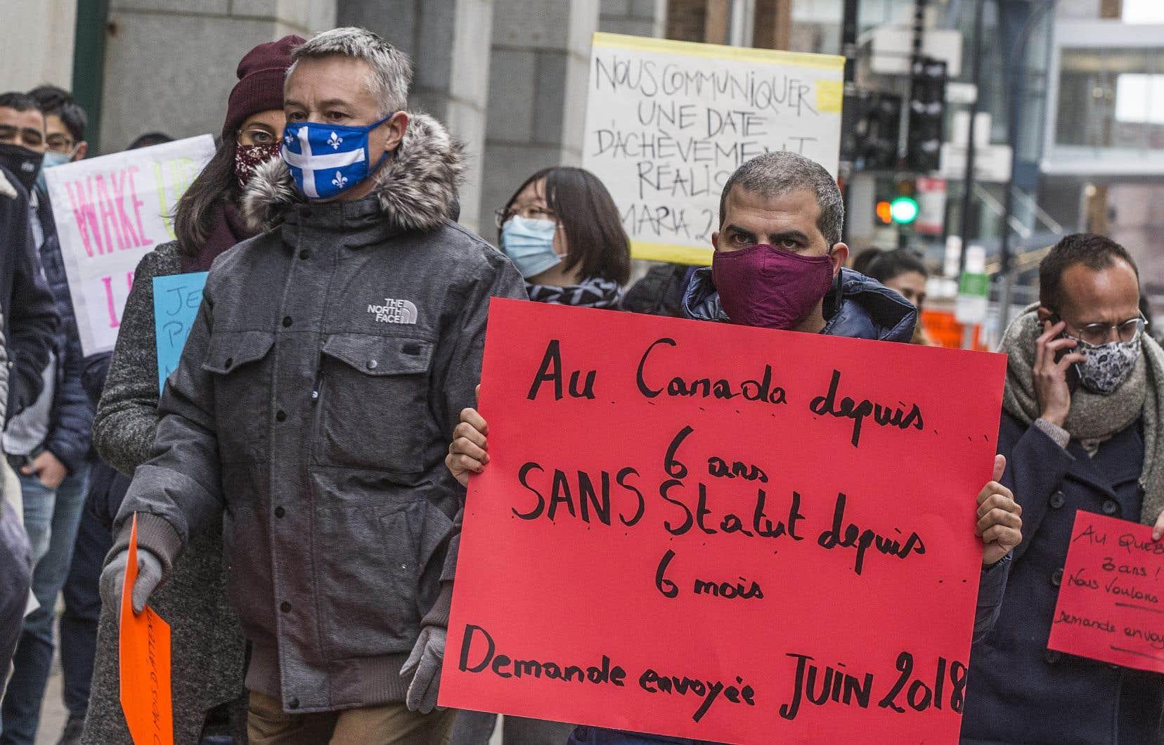 Exaspérées par l'explosion des délais de traitement de la résidence permanente, plus d'une centaine de personnes ont manifesté à Montréal et à Québec pour réclamer que les gouvernements tiennent leurs promesses.