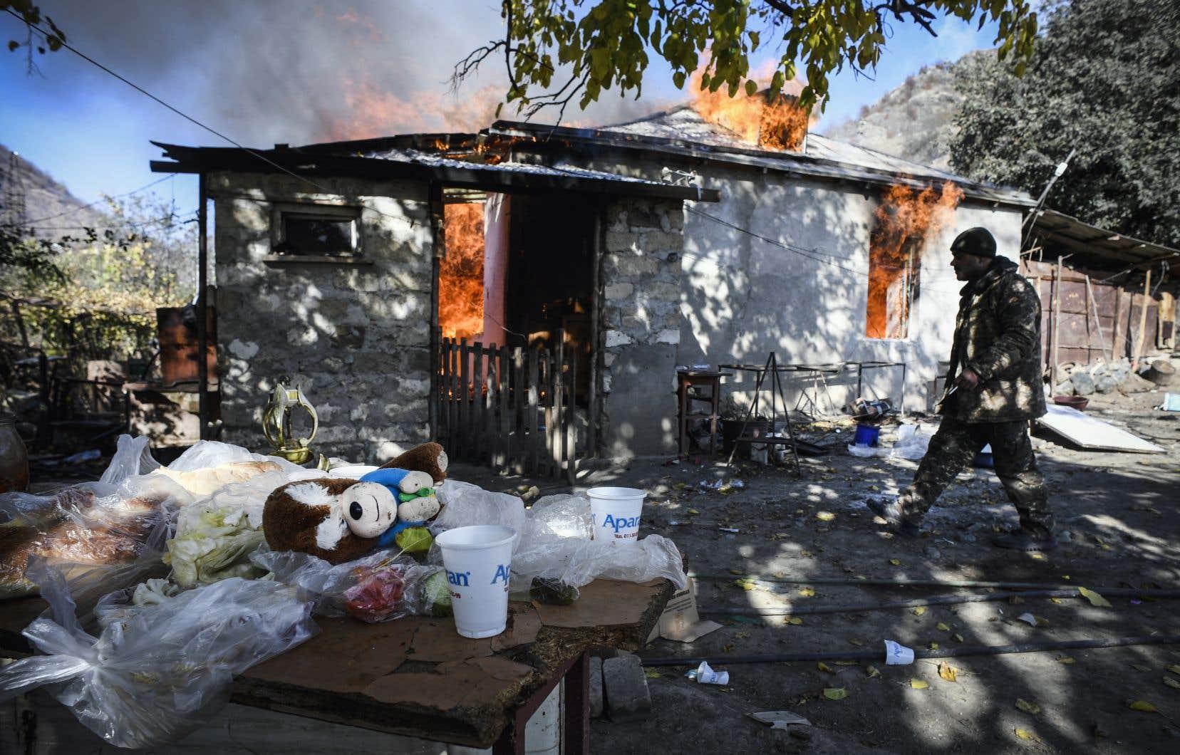 Charektar en est l'une des principales zones habitées, et sans doute plus de la moitié des maisons du village y ont été incendiées ces dernières 24heures par leurs propriétaires sur le départ.