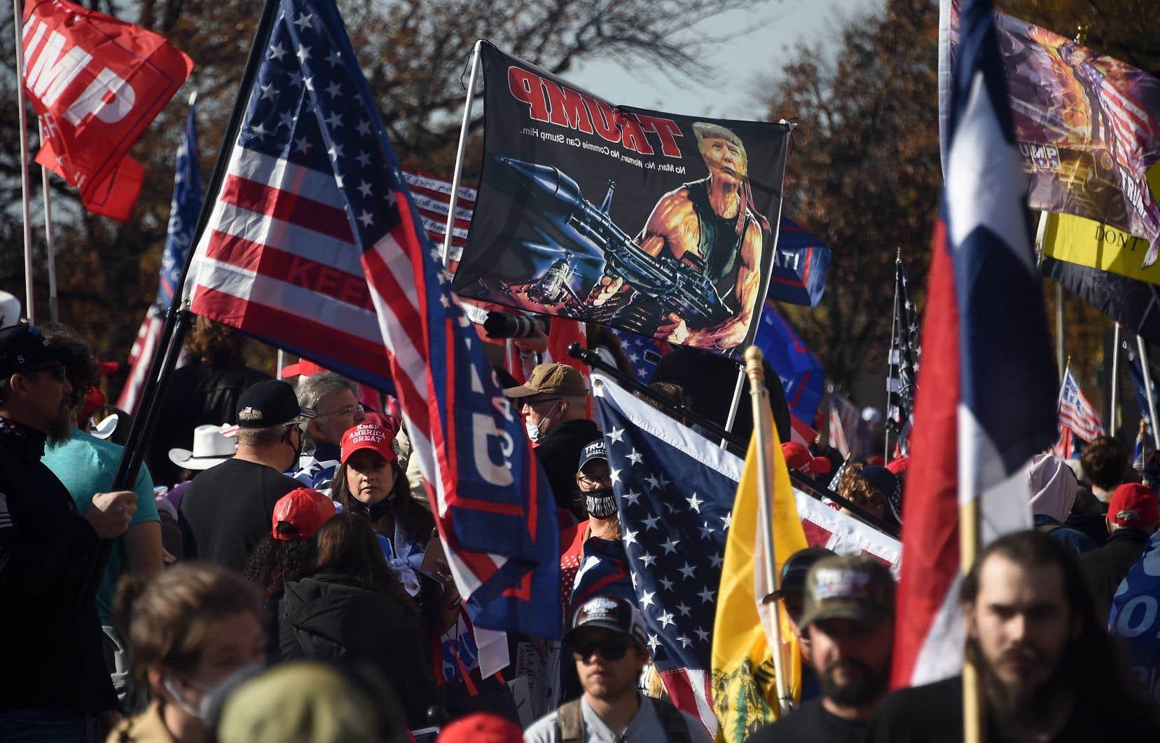 Le convoi présidentiel est passé devant Freedom Plaza, où des manifestants enthousiastes criaient «Quatre ans de plus! Quatre ans de plus!», ou encore «USA! USA!» .