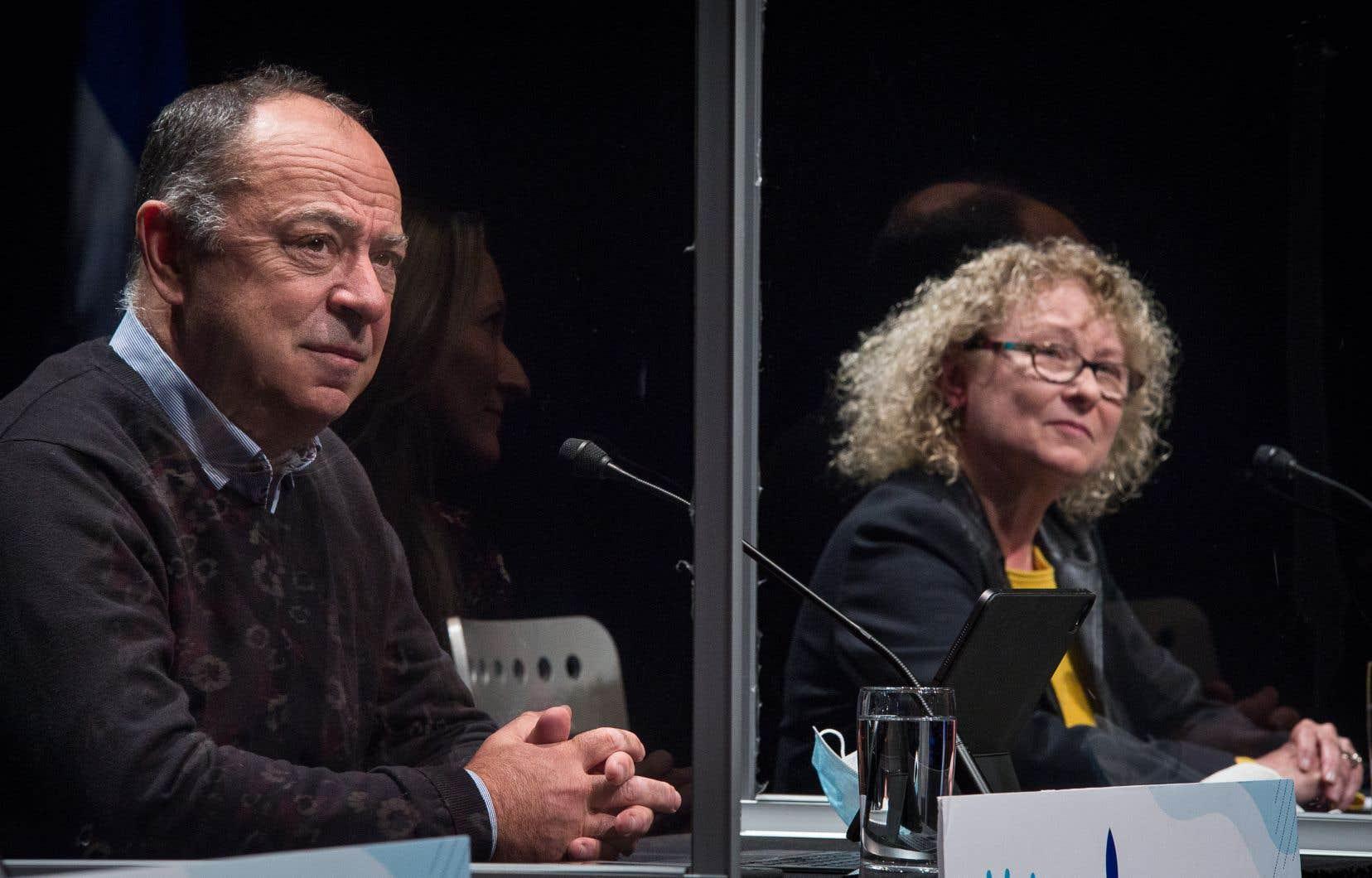 Le ministre de la Santé et des Services sociaux, Christian Dubé, aux côtés de la ministre responsable des Aînés, Marguerite Blais, lors d'une conférence de presse dimanche à Montréal