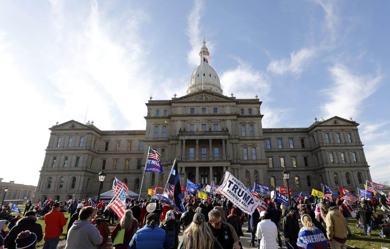 Une foule s'est rassemblée samedi devant le capitole de Lansing au Michigan, un État dans lequel plusieurs recours judiciaires ont été intentés par le camp de Donald Trump, pour exiger d'«arrêter le vol» électoral.