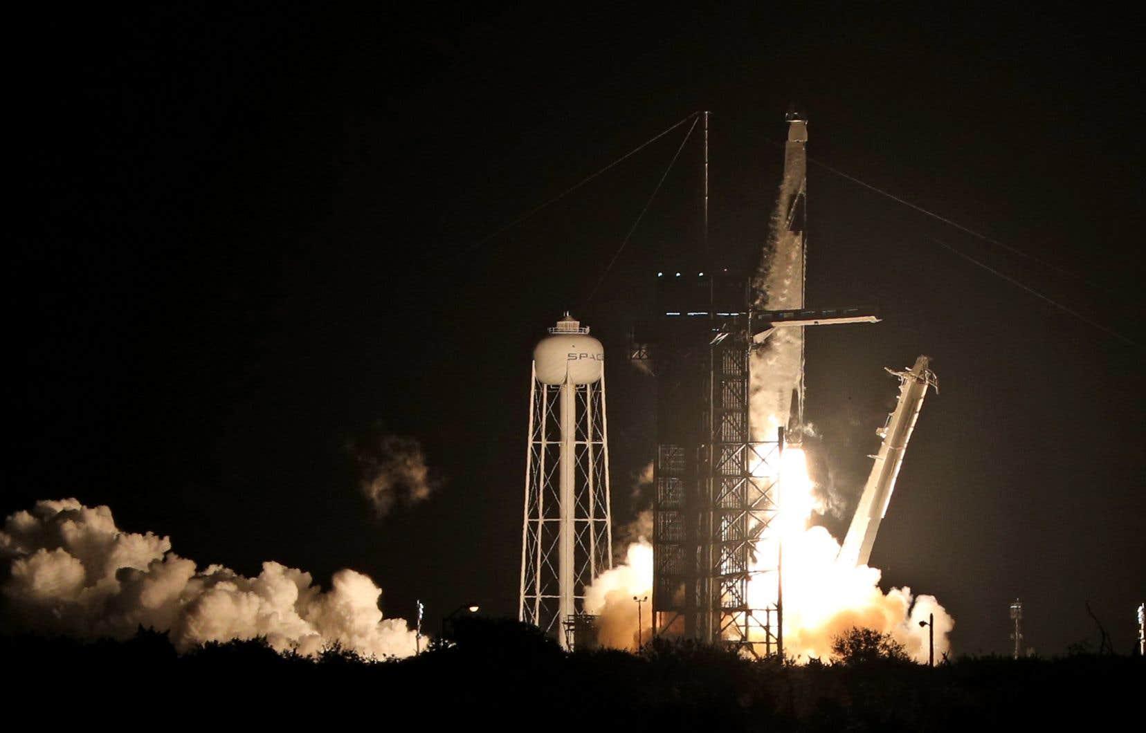 La fusée Falcon 9 de SpaceX a décollé à l'heure prévue du centre spatial Kennedy, en Floride.