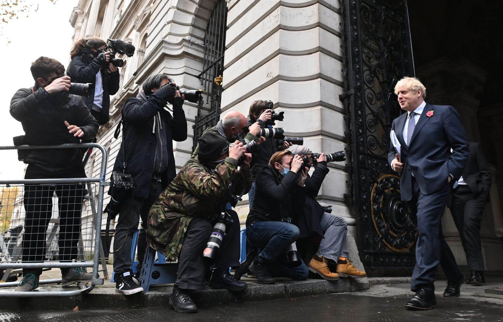 Le premier ministre Boris Johnson, photographié plus tôt cette semaine, a été mis en isolement dimanche soir, après avoir été en contact avec un député déclaré positif à la COVID-19.