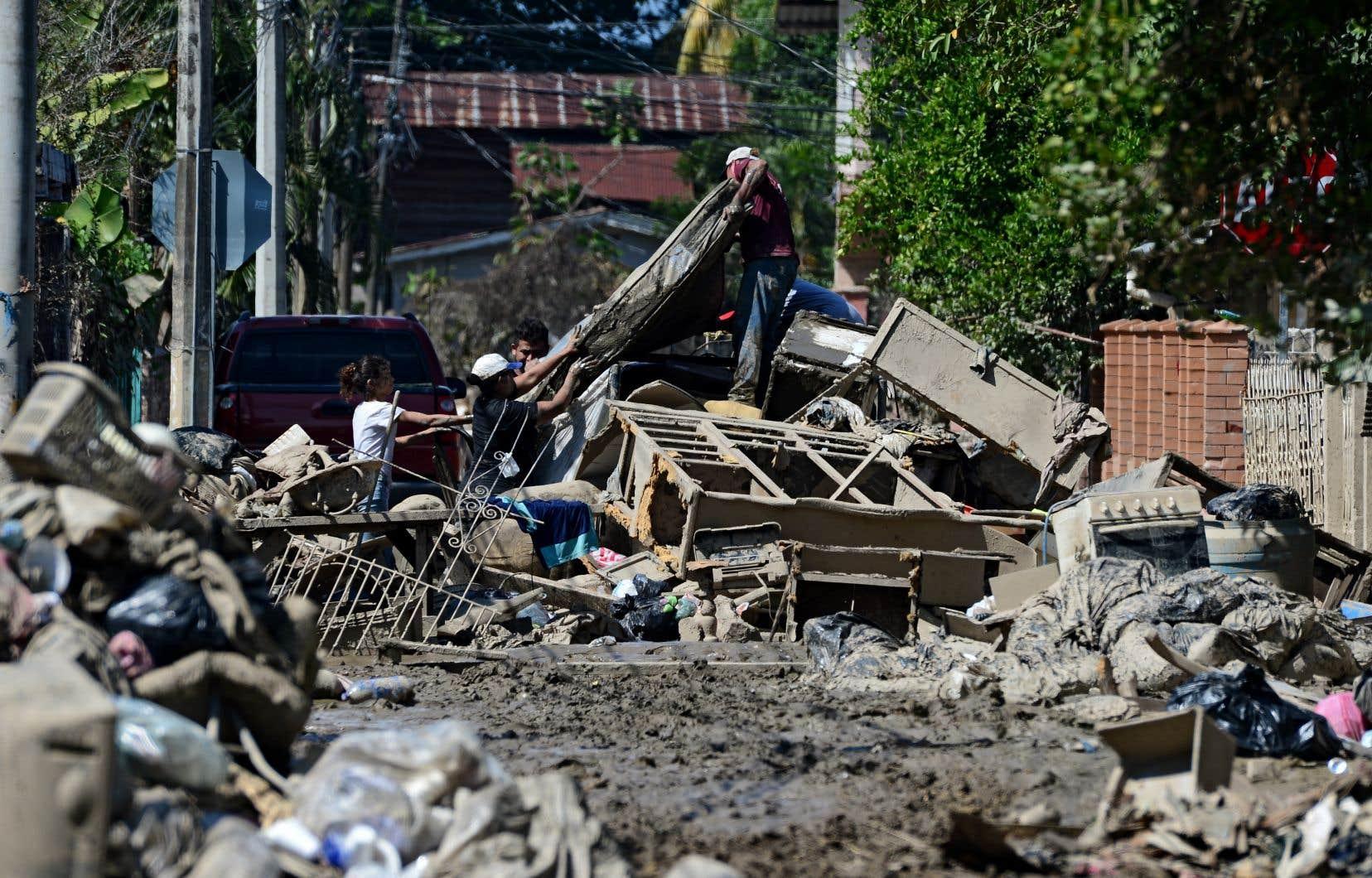 Des habitants  d'El Progreso,  au Honduras, tentaient  dimanche de  récupérer certains de leurs avoirs endommagés par  l'ouragan Eta,  en préparation d'une évacuation. Un deuxième ouragan,  Iota, devrait frapper le pays dès lundi.