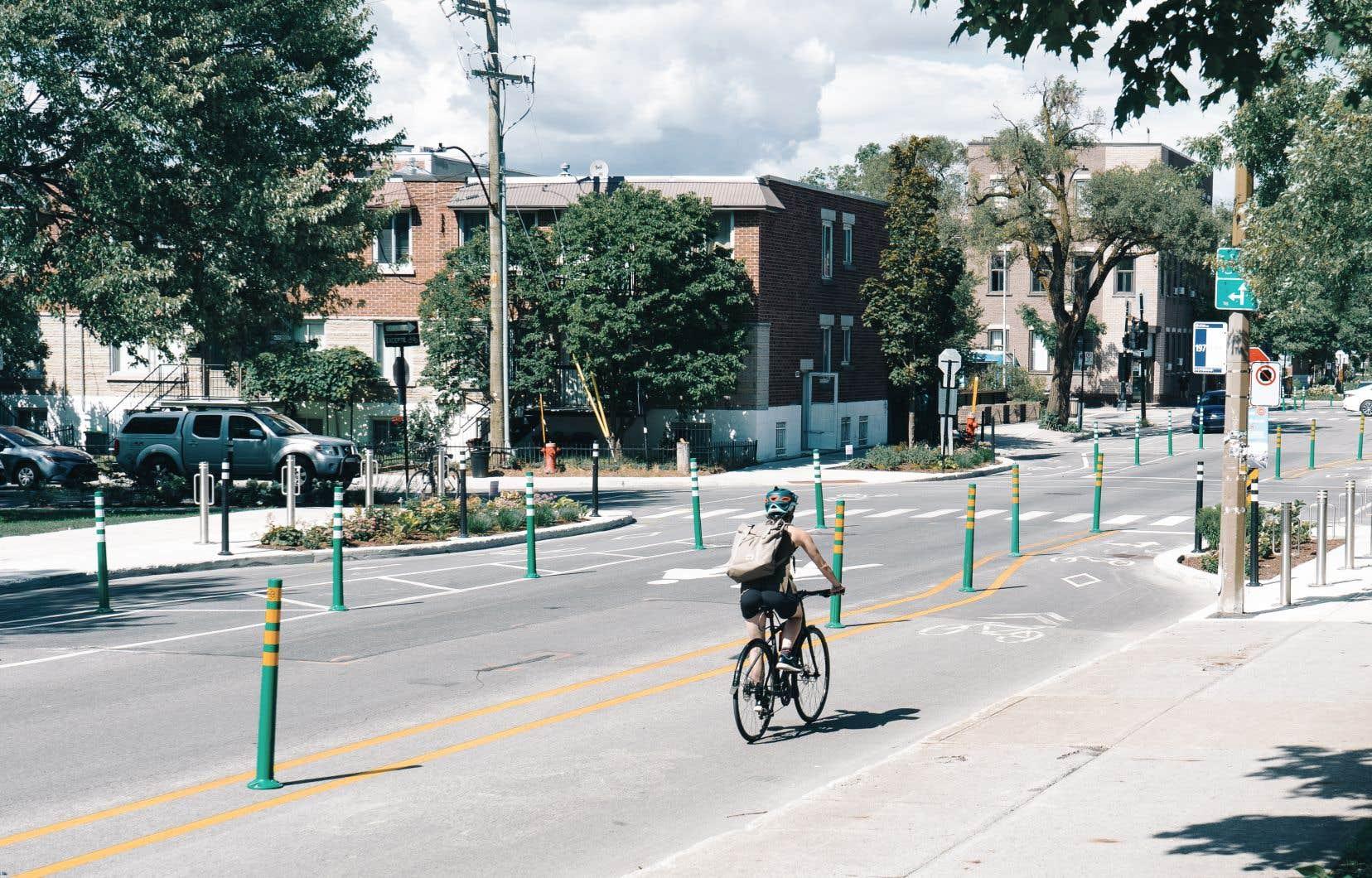 2556 places de stationnement non-tarifées et 288 places tarifées ont été retirées pour faire place à des projets de pistes cyclables, comme sur la rue Bellechasse (en photo).