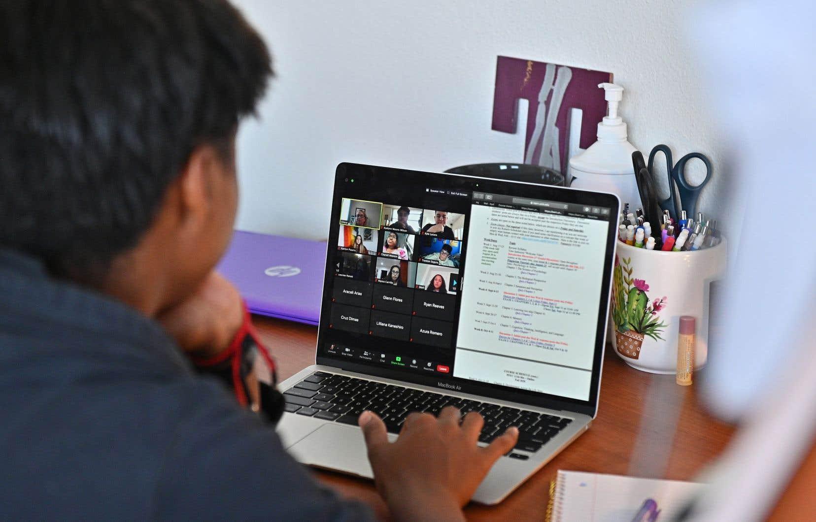 La francisation pouvait auparavant inclure des visites guidées de bibliothèques, de centres commerciaux ou de festivals, mais la découverte du Québec rime maintenant souvent avec des travaux de groupe ou des recherches sur Internet.