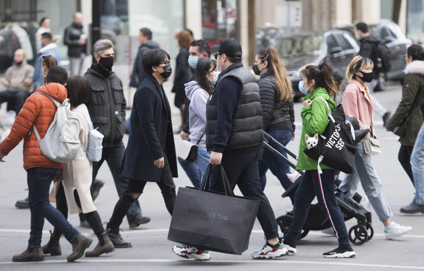 Le Québec recense 982 nouveaux cas de COVID-19, une baisse significative par rapport aux derniers jours.<br />