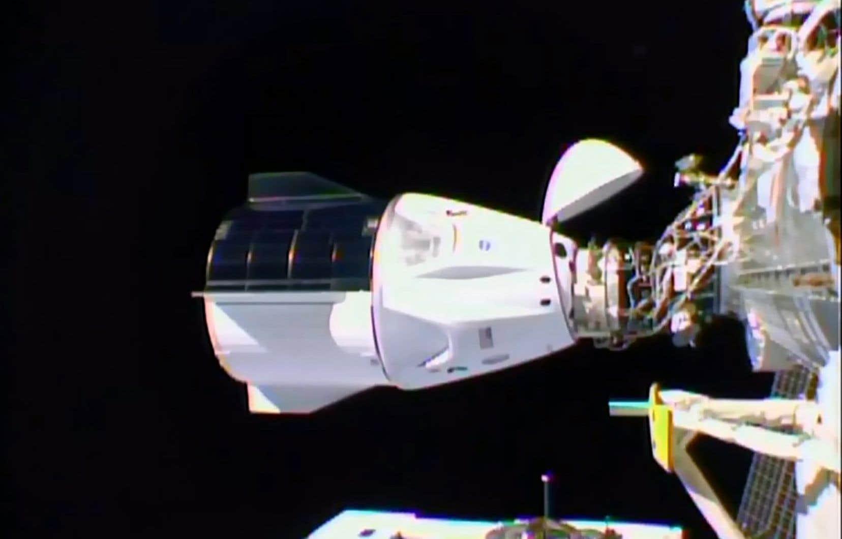 <p>Le vaisseau <em>Resilience</em>s'est amarré mardi, selon des images diffusées en direct sur Internet par la NASA.</p>
