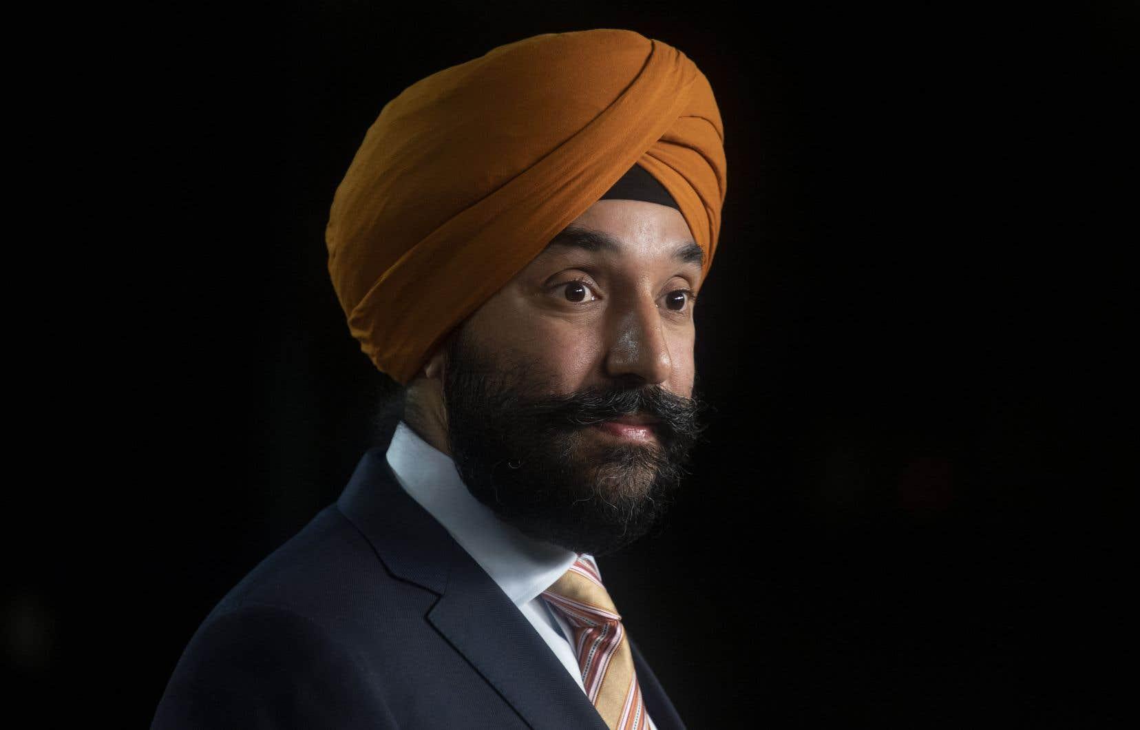«Les Canadiens auront l'assurance que lorsqu'ils vont en ligne, le consentement qu'ils signent sera rédigé en langage simple et clair», a illustré le ministre de l'Industrie, Navdeep Bains, responsable de la loi.