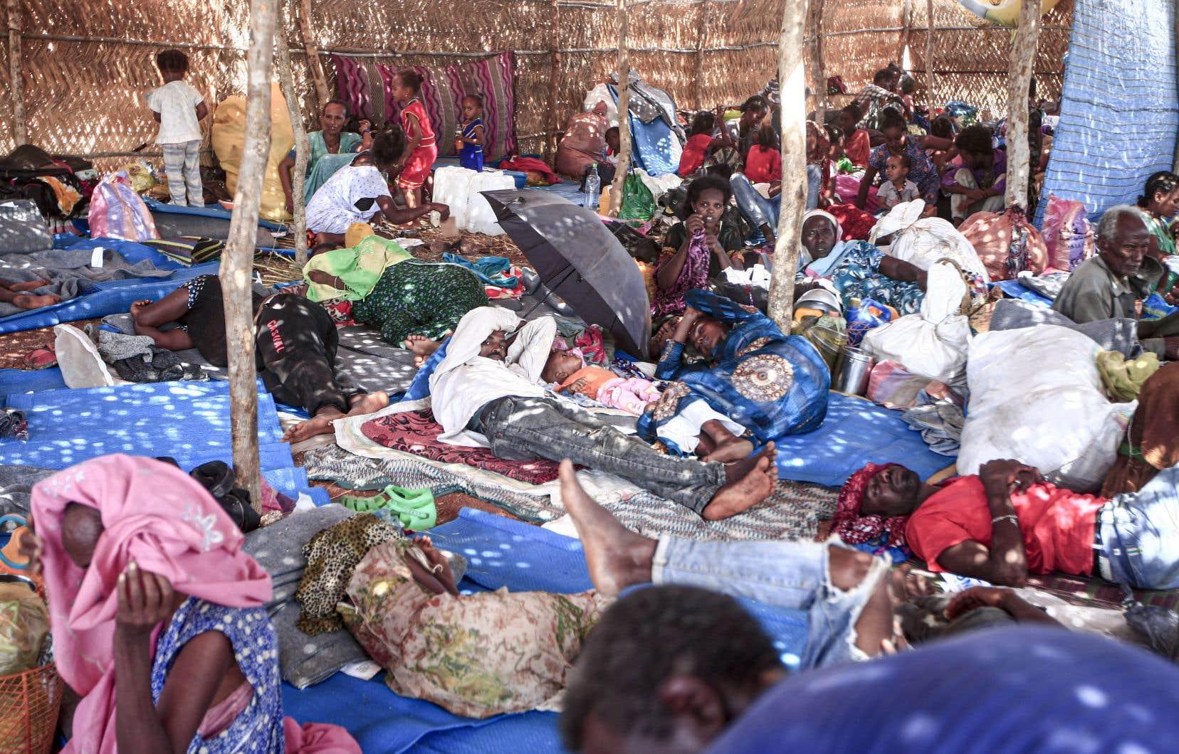 Des réfugiés éthiopiens s'entassaient dans une hutte du camp d'Oum Raquba, au Soudan, mardi, après avoir fui les exactions commises par l'armée au Tigré.