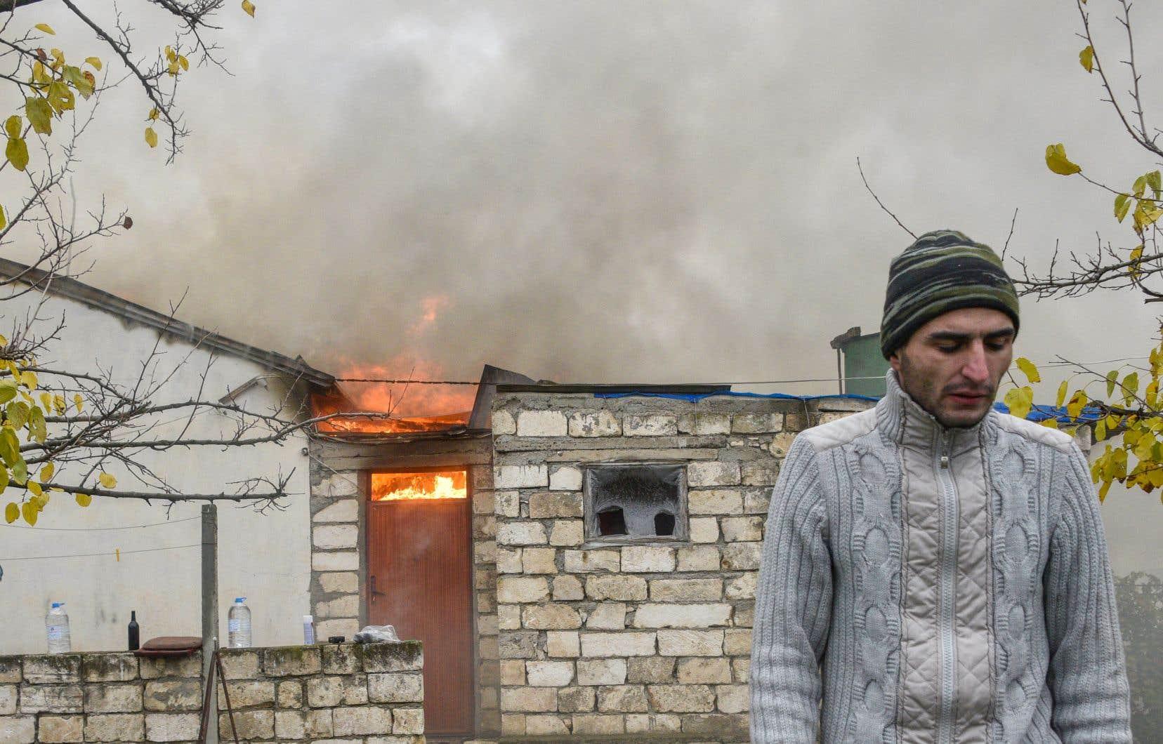 Les habitants des villages de la région chargeaient leurs biens sur des remorques ou des camions pour rejoindre des territoires restant sous contrôle arménien. Certains mettaient aussi le feu à leur maison avant de partir.