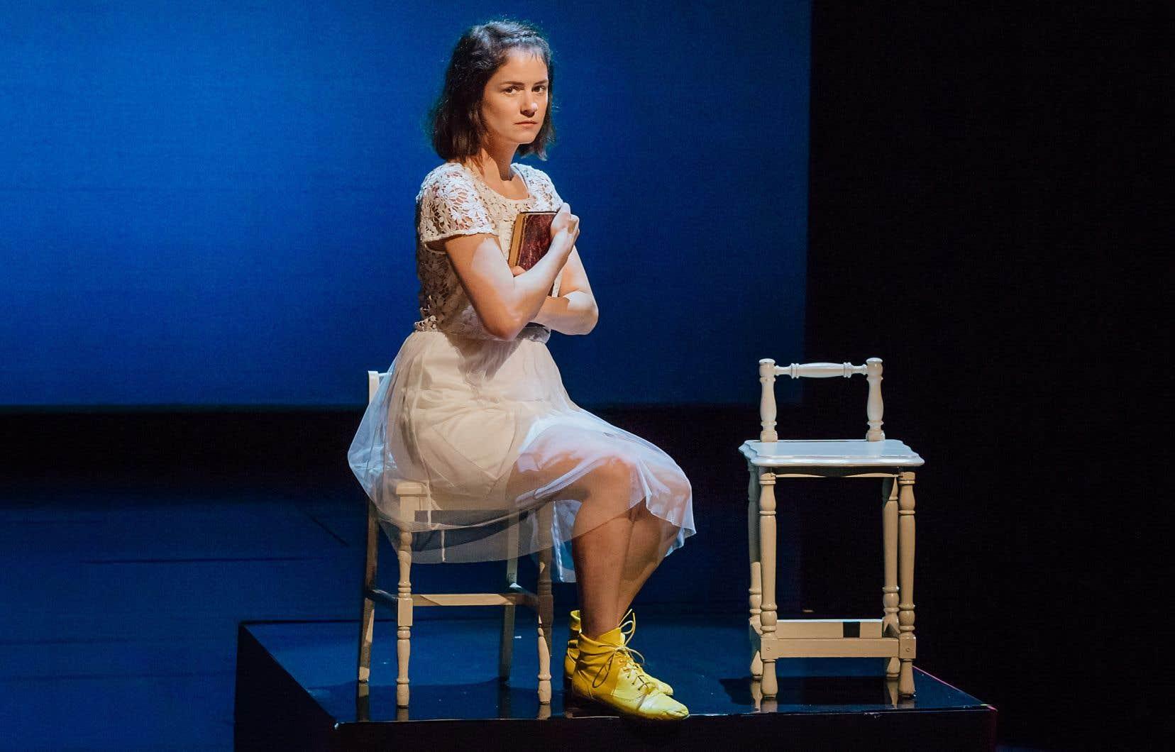 La comédienne Sarah Laurendeau dans le décor de la pièce «L'avalée des avalés», au TNM