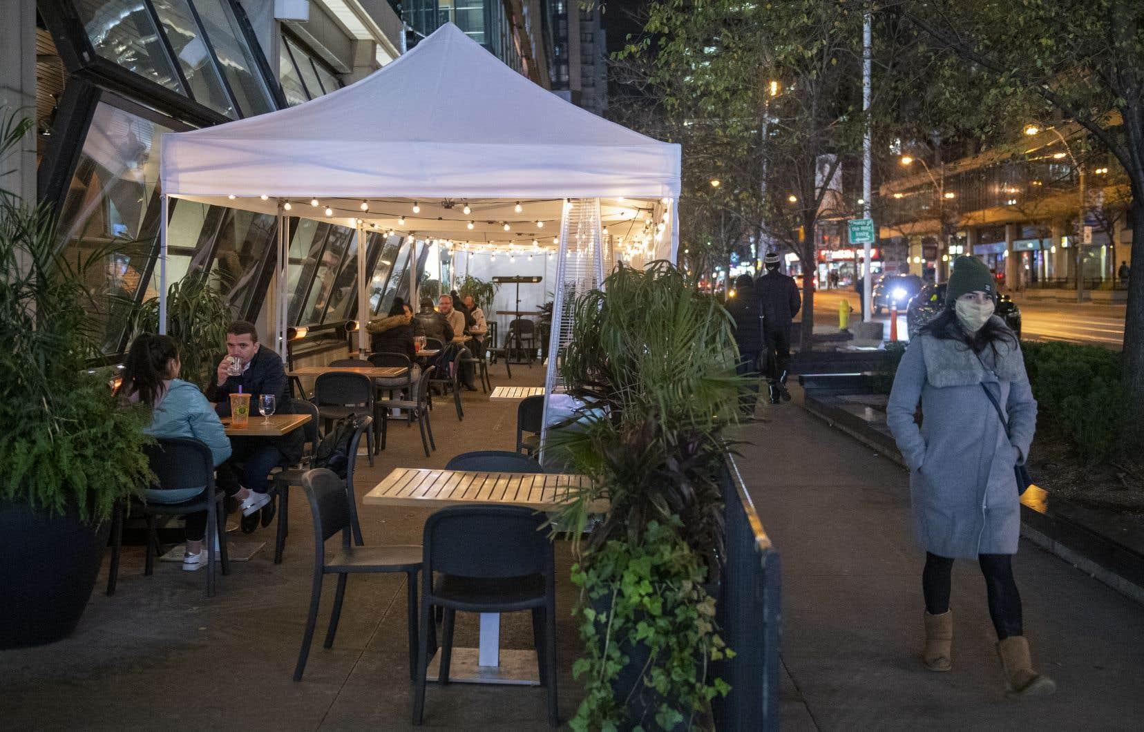 Les salles à manger et les terrasses des restaurants de Toronto et de Peel vont devoir fermer en vertu des nouvelles restrictions.