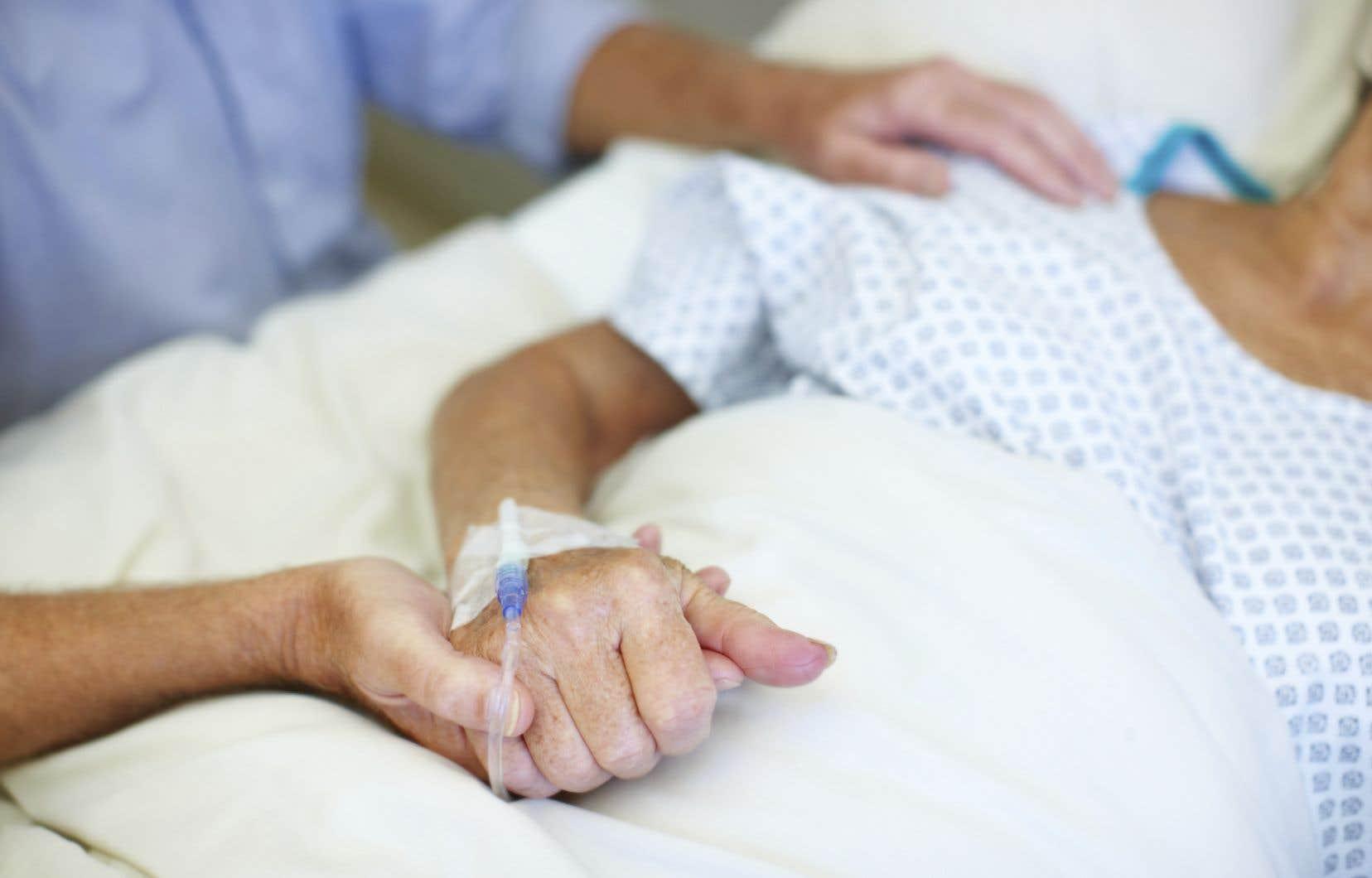 «Les soins à domicile sont possibles et moins coûteux et permettent d'offrir des soins palliatifs en RI et RPA tout en libérant des lits hospitaliers dont on a grand besoin en ces temps de pandémie», expliquent les signataires.