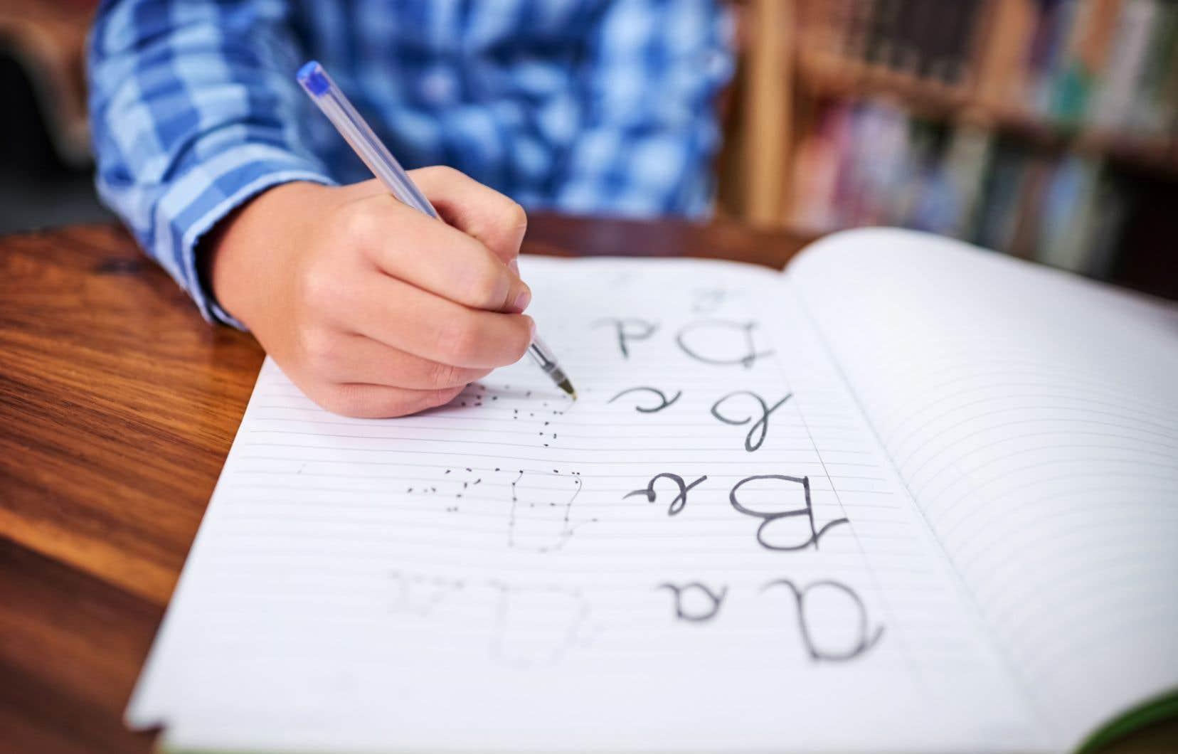«L'enseignement systématique est dénué de sens; ce n'est pas parce qu'on explique toutes les relations entre les lettres et les sons qu'un élève sait lire (...)», écrit l'autrice.