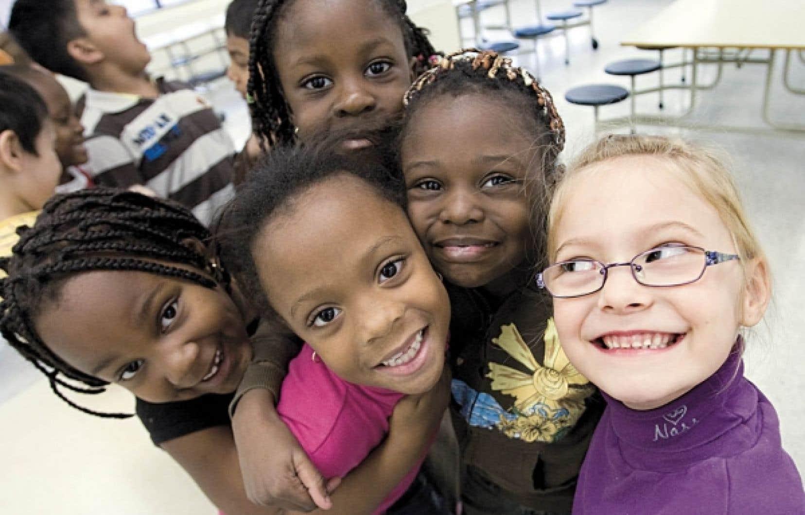 Des élèves d'une école primaire de Montréal. Le gouvernement Charest propose d'instaurer l'immersion en langue anglaise pendant un semestre au cours de la sixième année du primaire, mais à quelle fin promeut-on cette mesure? <br />