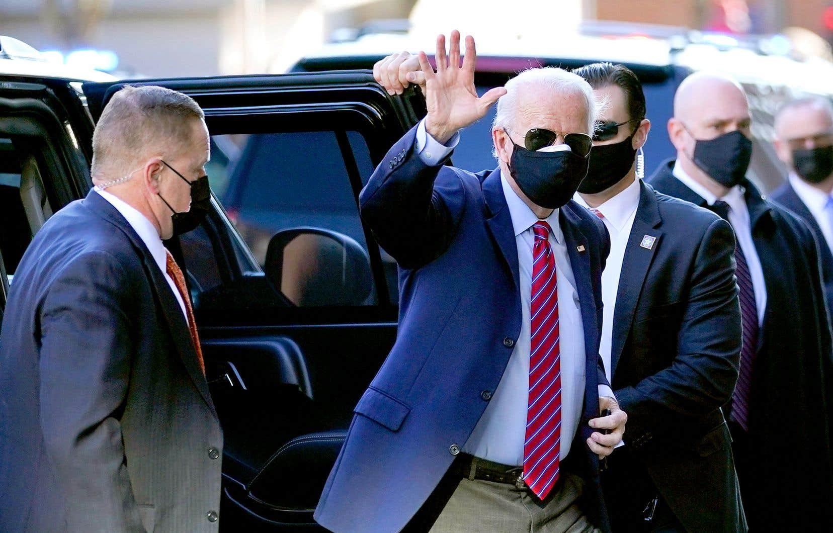 Plus de deux semaines après l'annonce de sa défaite à la présidentielle américaine, Donald Trump a finalement donné lundi soir son feu vert à l'ouverture du processus de transition vers un gouvernement Biden. Le président républicain sortant s'est par contre bien gardé de reconnaître directement la victoire de Joe Biden, promettant de poursuivre un «juste combat» alors qu'il multiplie les recours en justice, sans succès, pour tenter de démontrer des fraudes lors du scrutin du 3 novembre. Joe Biden a confirmé plus tôt en journée qu'il comptait renouer avec les institutions internationales en nommant au sein de son équipe des fonctionnaires et des diplomates de carrière