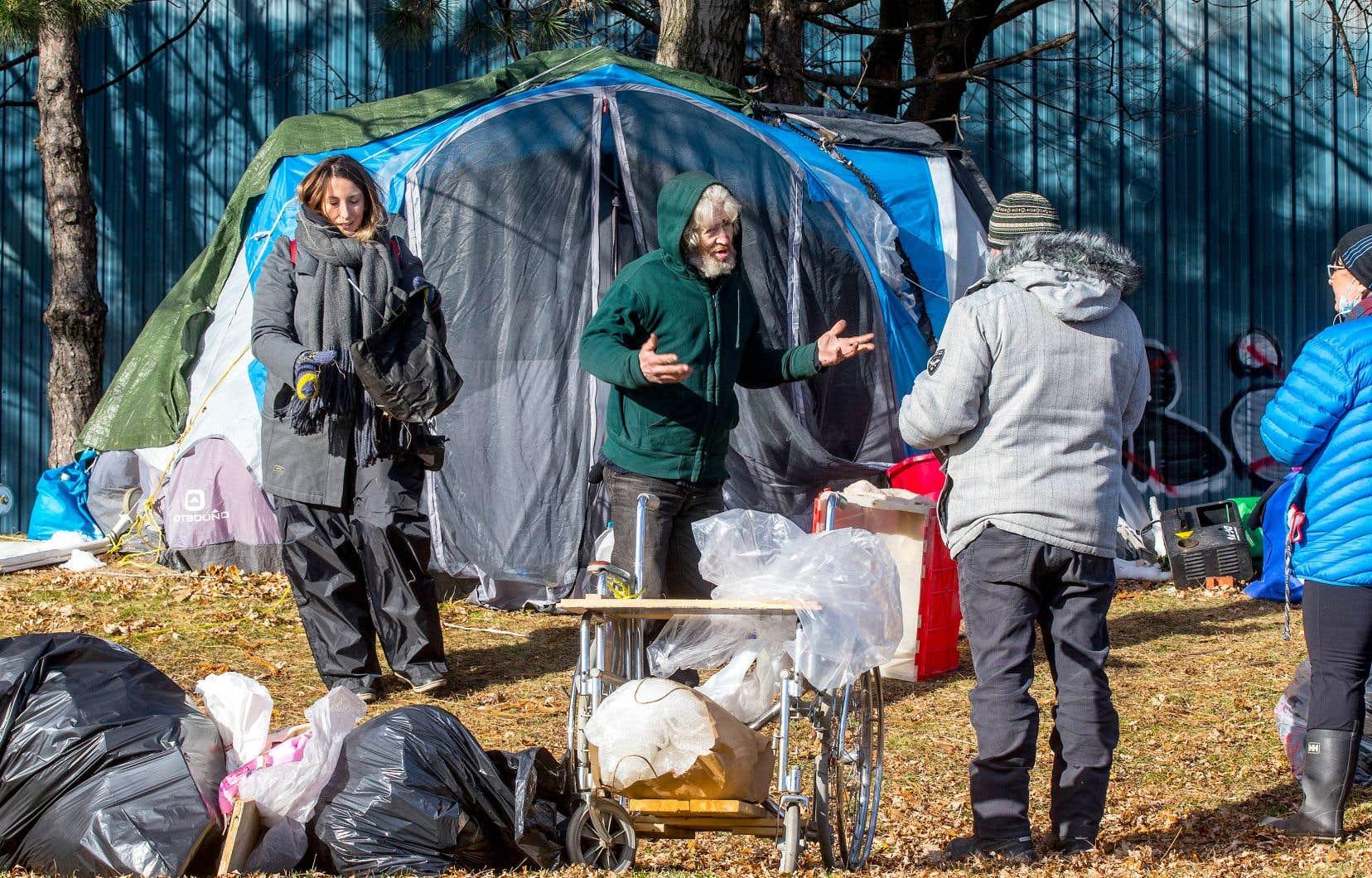 Mardi matin, des équipes d'intervenants ont invité les campeurs à profiter des refuges. L'atmosphère était tendue au campement, qui compte encore plus d'une soixantaine de tentes.