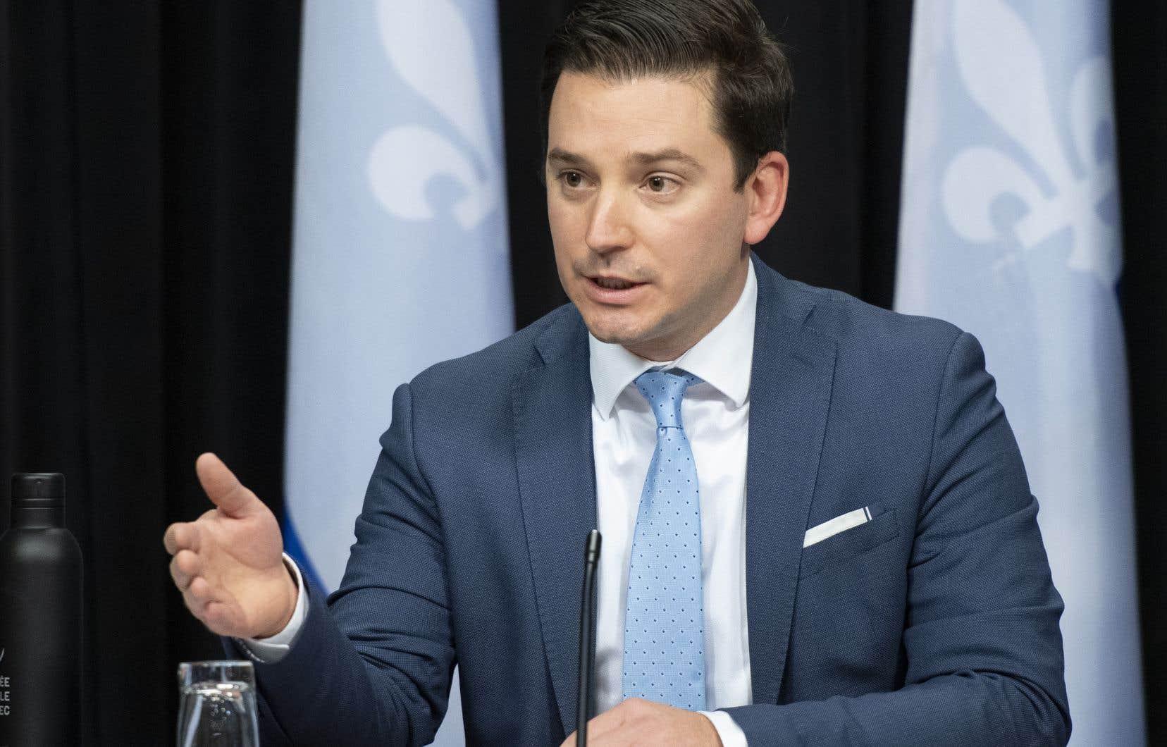 Mardi, le ministre Simon Jolin-Barrette a dit qu'il fallait s'attendre à un mélange de mesures incitatives et coercitives dans le cas de la langue de travail dans les PME .