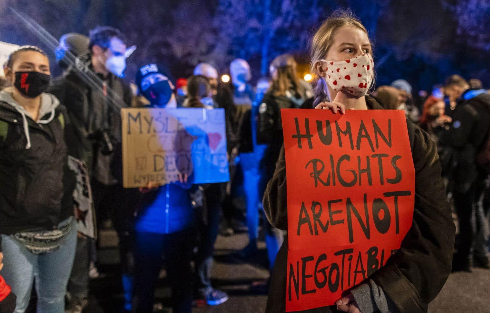 «D'un côté, des ultrareligieux portés par des courants politiques conservateurs ou d'extrême droite qui prennent les femmes en otage, quitte à fermer les yeux sur les drames des avortements clandestins, et de l'autre côté, une société en mouvement, libre, qui fait preuve comme en Pologne d'un courage et d'une ténacité exemplaires qui ne se laisse rien imposer», écrivent les singataires.