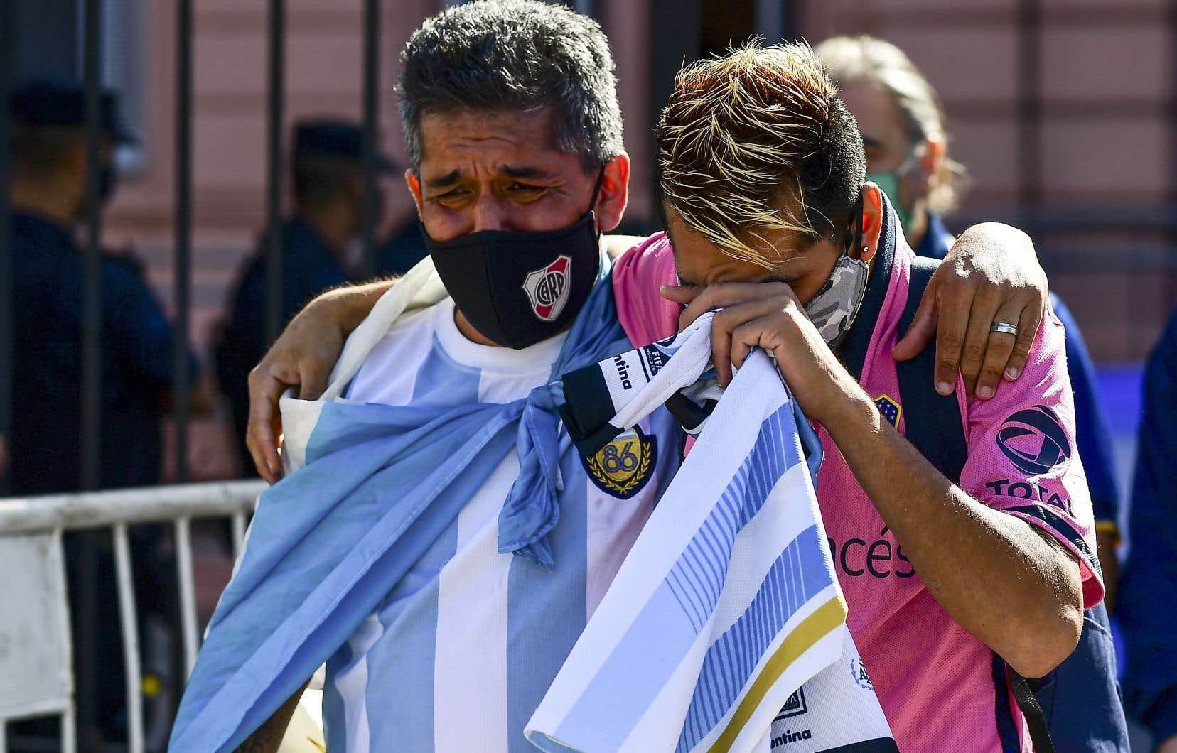 Des fans endeuillés attendaient, jeudi, à l'extérieur de la Casa Rosada, à Buenos Aires, pour rendre hommage à leur idole.