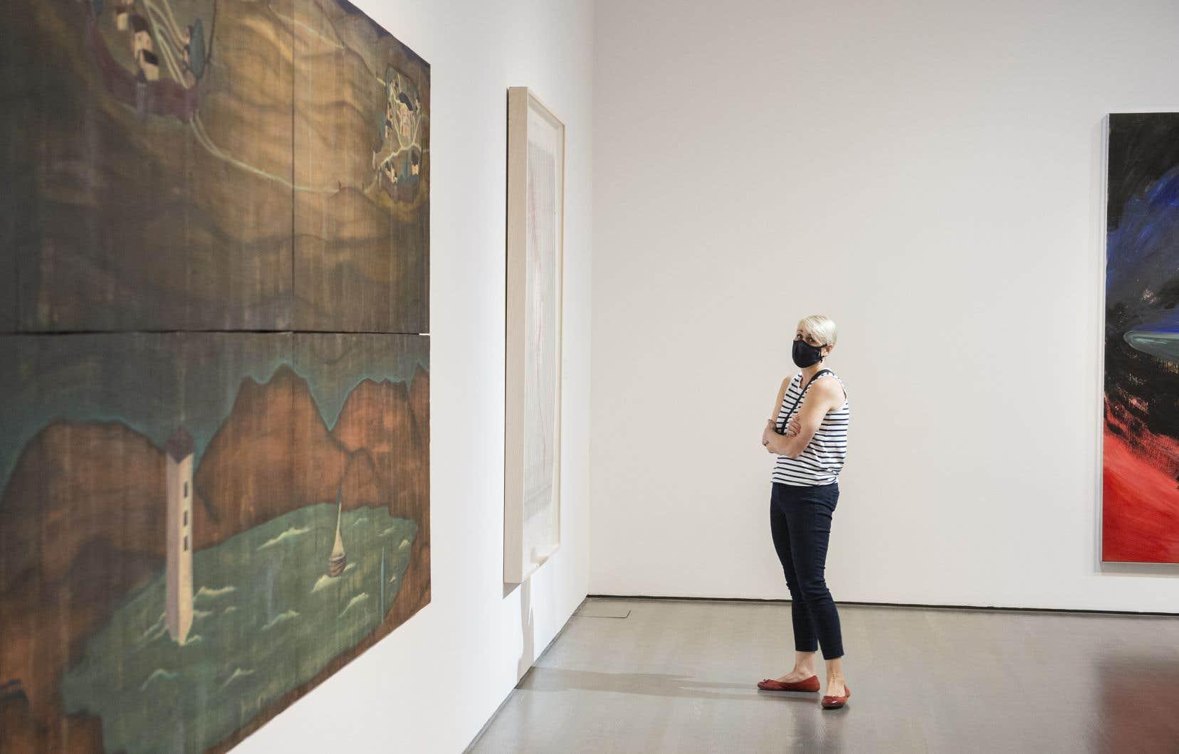 Une visiteuse portait un masque lors de la réouverture du Musée d'art contemporain de Montréal, en juin dernier.