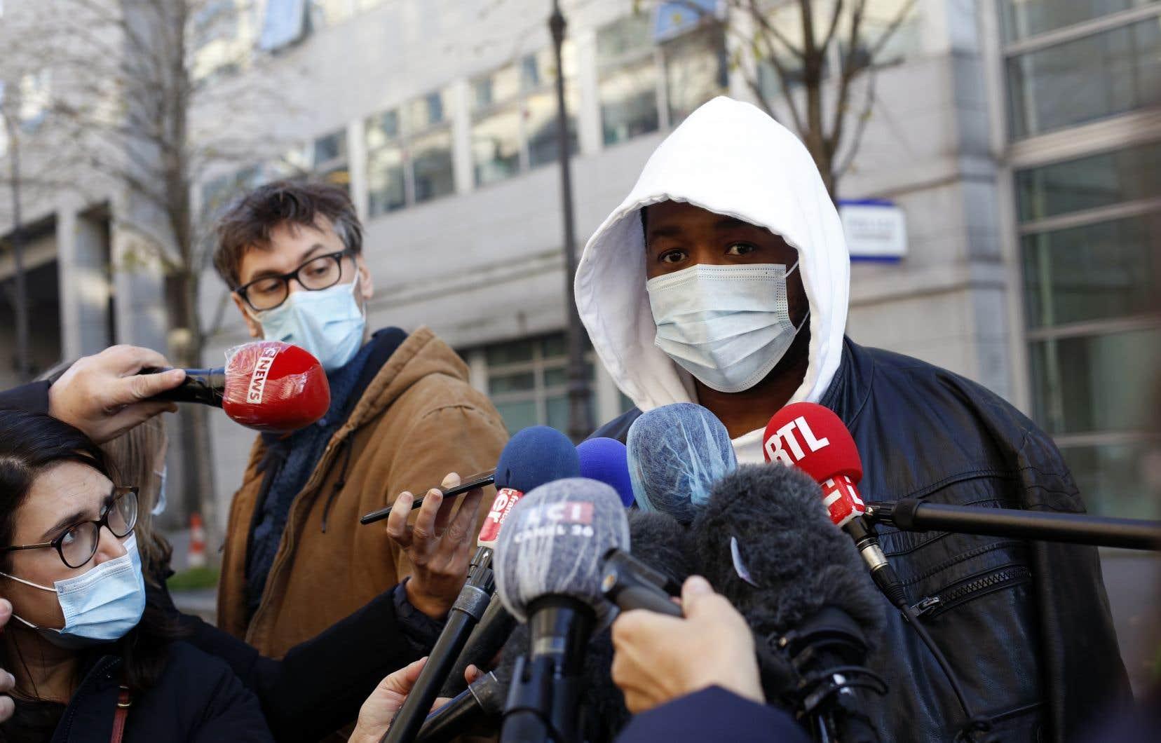 Selon Michel Zecler, qui a porté plainte, les policiers l'ont traité de «sale nègre» à plusieurs reprises.