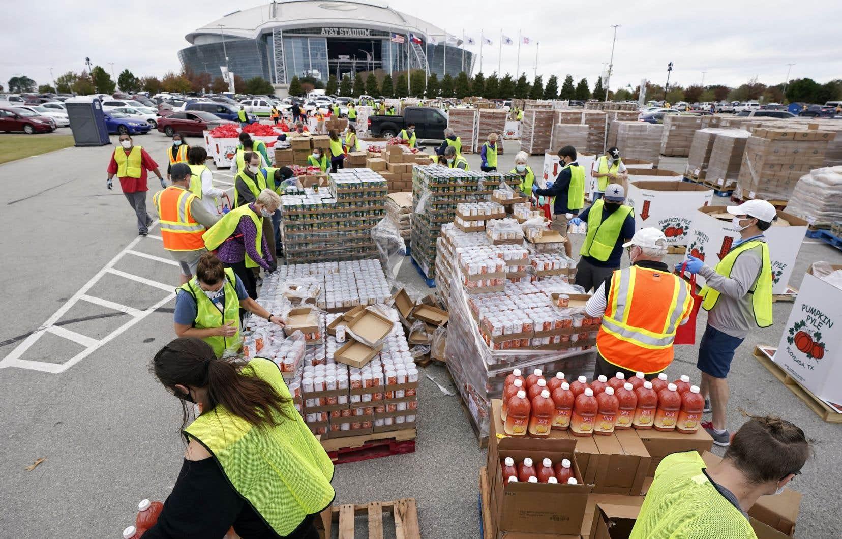 Des volontaires préparent des denrées non périssables avant qu'elles soient distribuées à plus de 5000 familles à Arlington, au Texas.