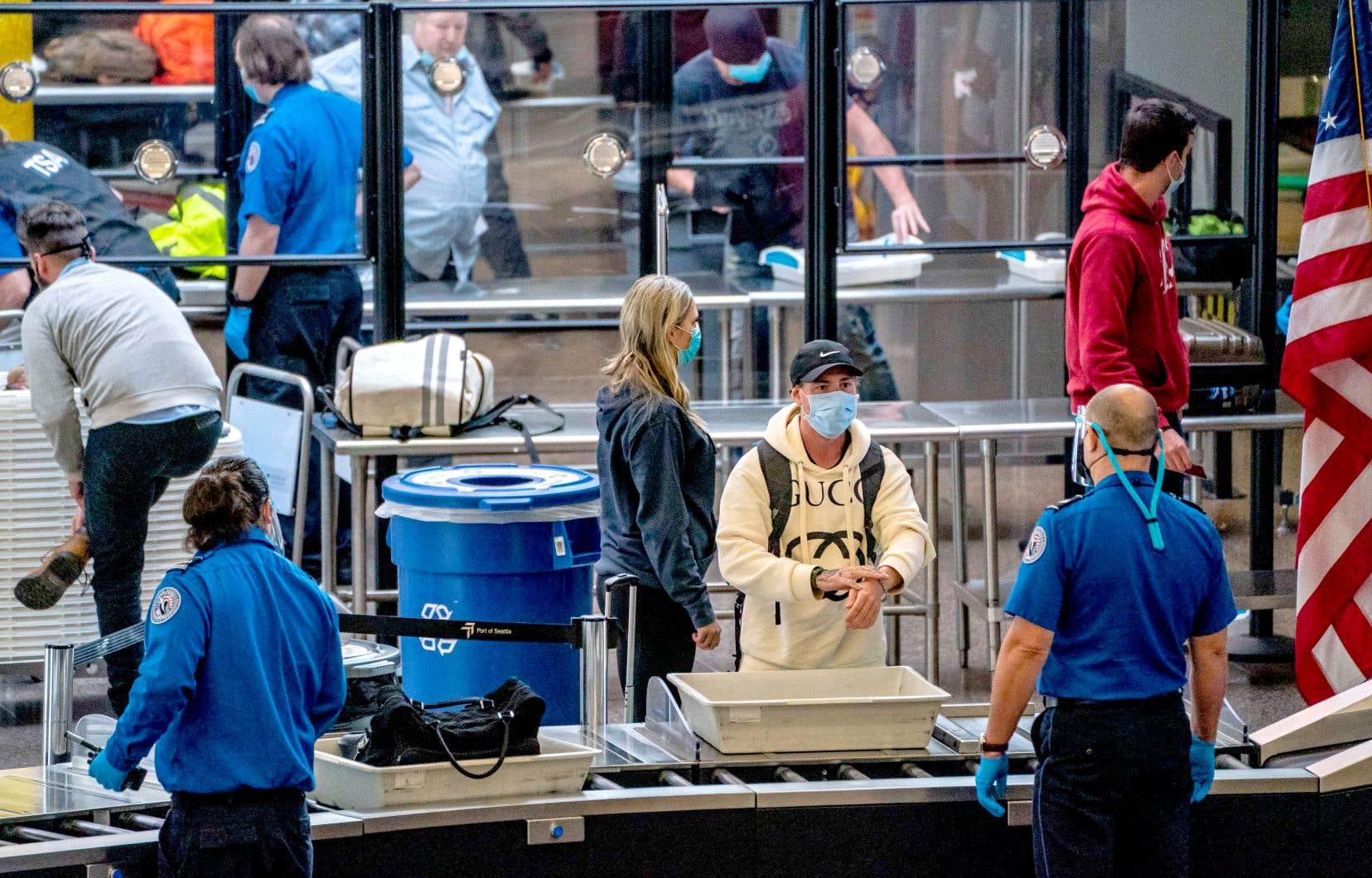 Des voyageurs revenant de leurs rassemblements pour l'Action de grâce, dimanche à l'aéroport de Seattle