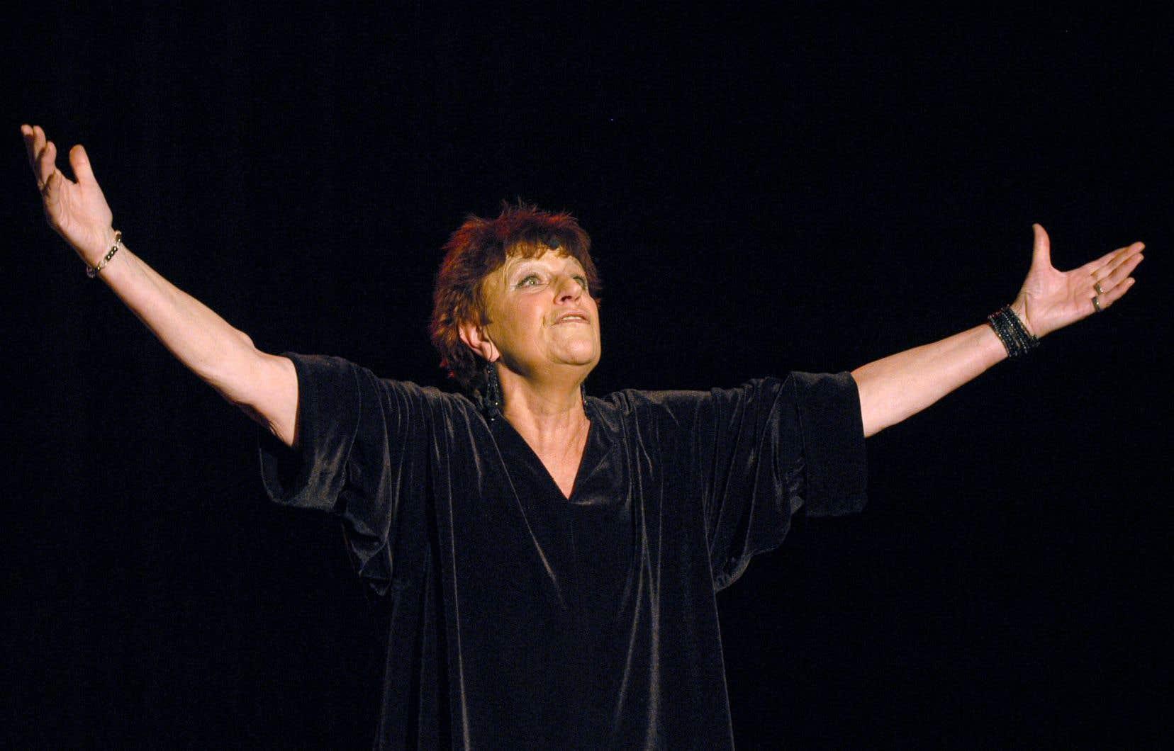 La chanteuse Anne Sylvestre lors de sa préparation pour un spectacle à l'Auditorium Saint-Germain, en 2003