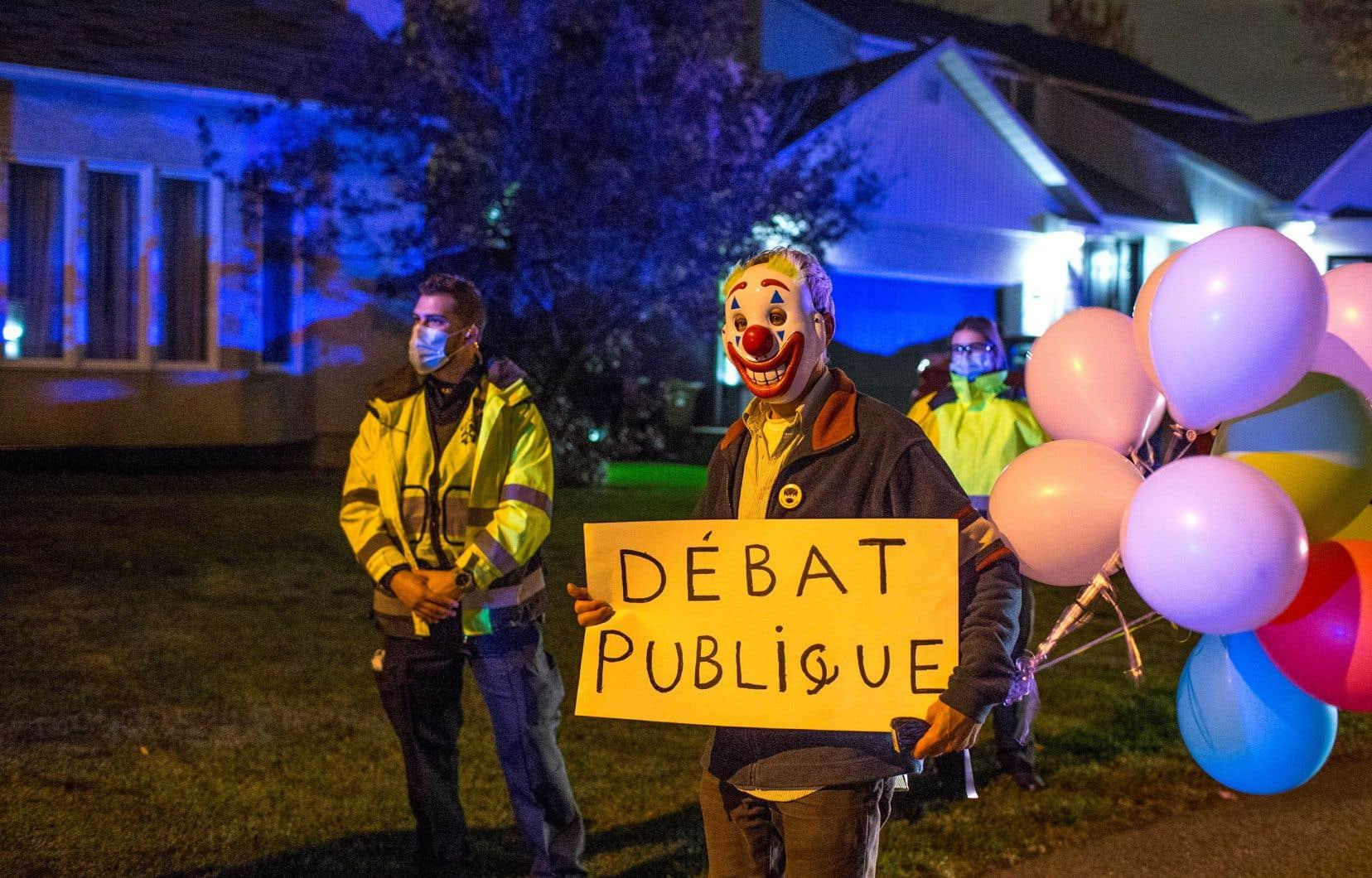 En octobre dernier, une poignée de manifestants se sont rendus devant la résidence du directeur de la santé publique du Québec, Horacio Arruda, pour dénoncer la «fraude» de la pandémie.
