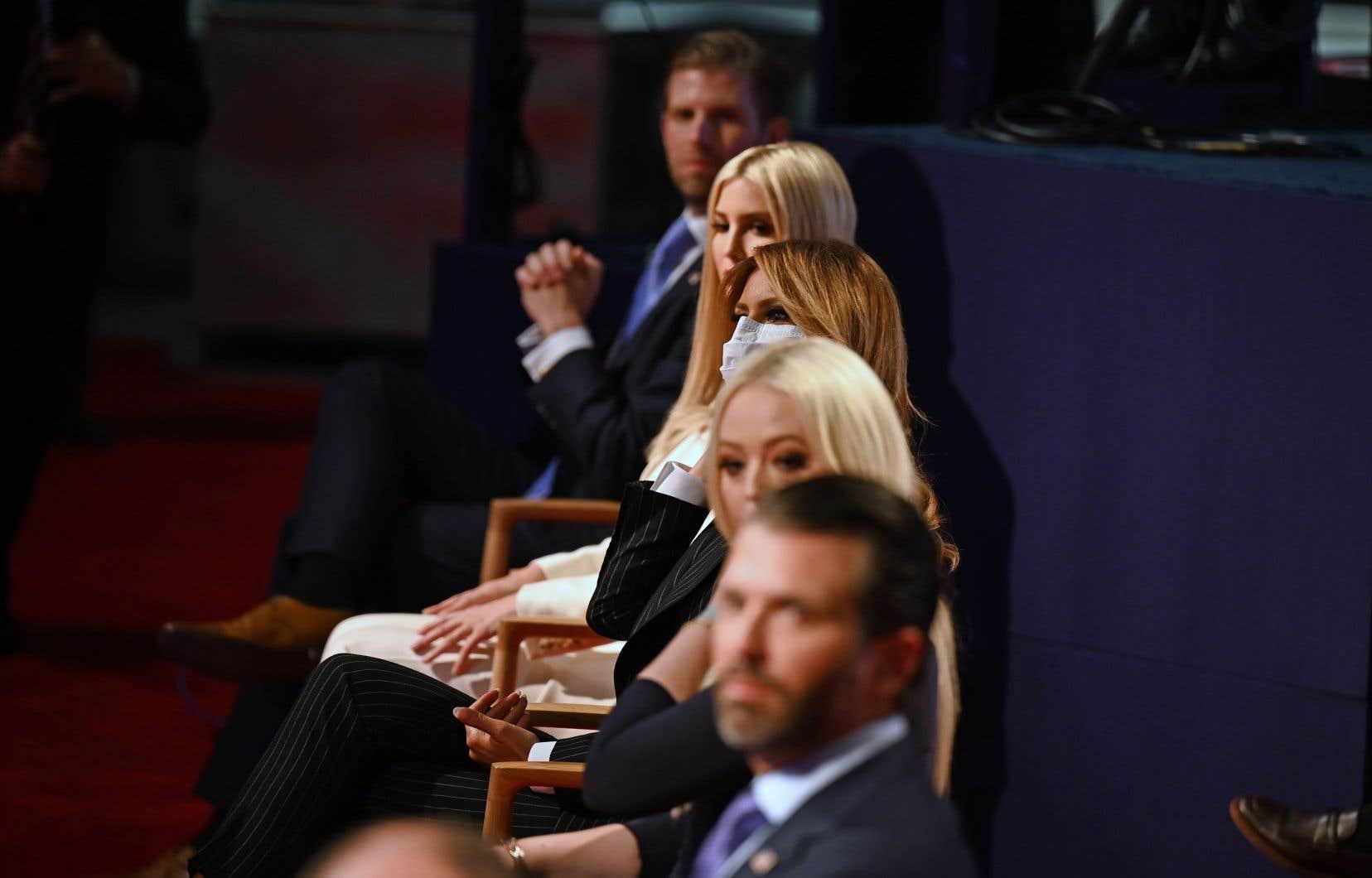 La première dame des États-Unis, Melania Trump (au centre), puis à partir du haut, les enfants du président : Eric, Ivanka, Tiffany et Donald Jr.