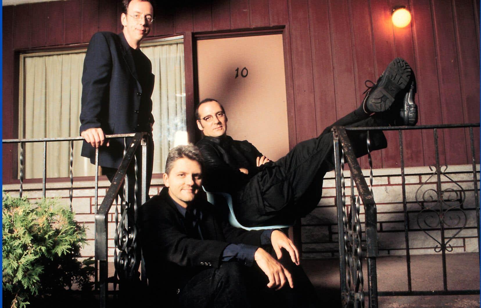 Automne 1998. Trois journalistes dans la mi-trentaine, tous associés au défunt hebdomadaire <em>Voir</em> — son rédacteur en chef, Richard Martineau (devant), le chef de sa section musique, Laurent Saulnier (centre), et un de ses collaborateurs vedettes, le romancier Benoît Dutrizac (à gauche) —, prennent l'antenne à Télé-Québec.