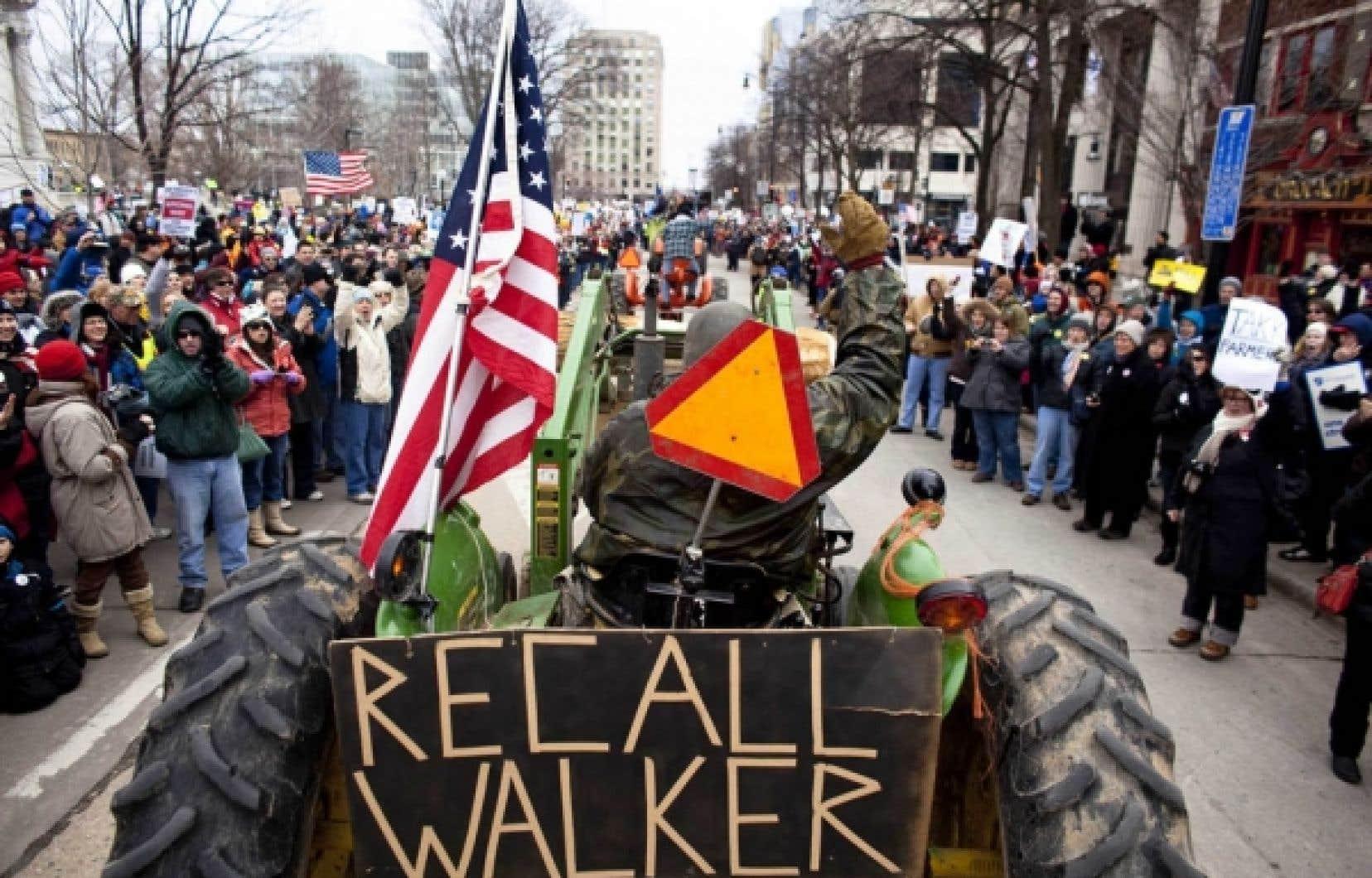 Des dizaines de fermiers montés sur leurs tracteurs se sont joints aux manifestants qui se dirigeaient vers le parlement du Wisconsin, samedi. <br />