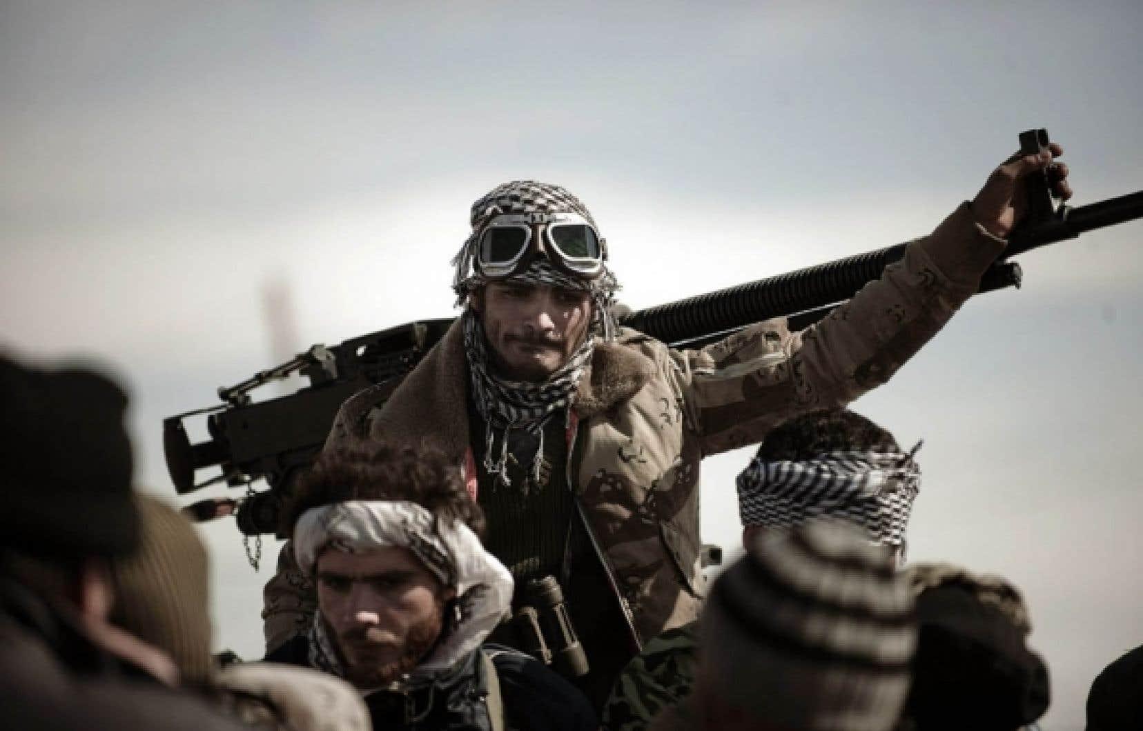 Des dizaines de rebelles ont fui Brega à bord de véhicules transportant des batteries anti-aériennes.<br />