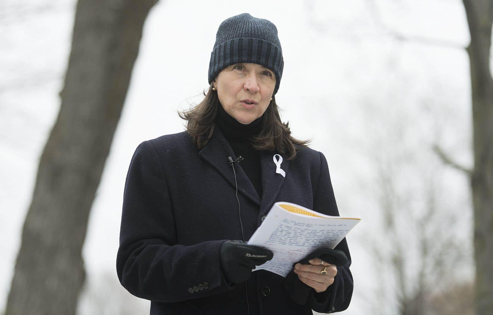 «Trente et un an après les premières demandes des étudiants de Polytechnique, juste en haut de la côte, et j'y étais, 31 ans et on demande encore des contrôles simples, des contrôles nécessaires», a dit l'une des survivantes de l'attentat, Nathalie Prévost, depuis la place du 6-Décembre-1989.