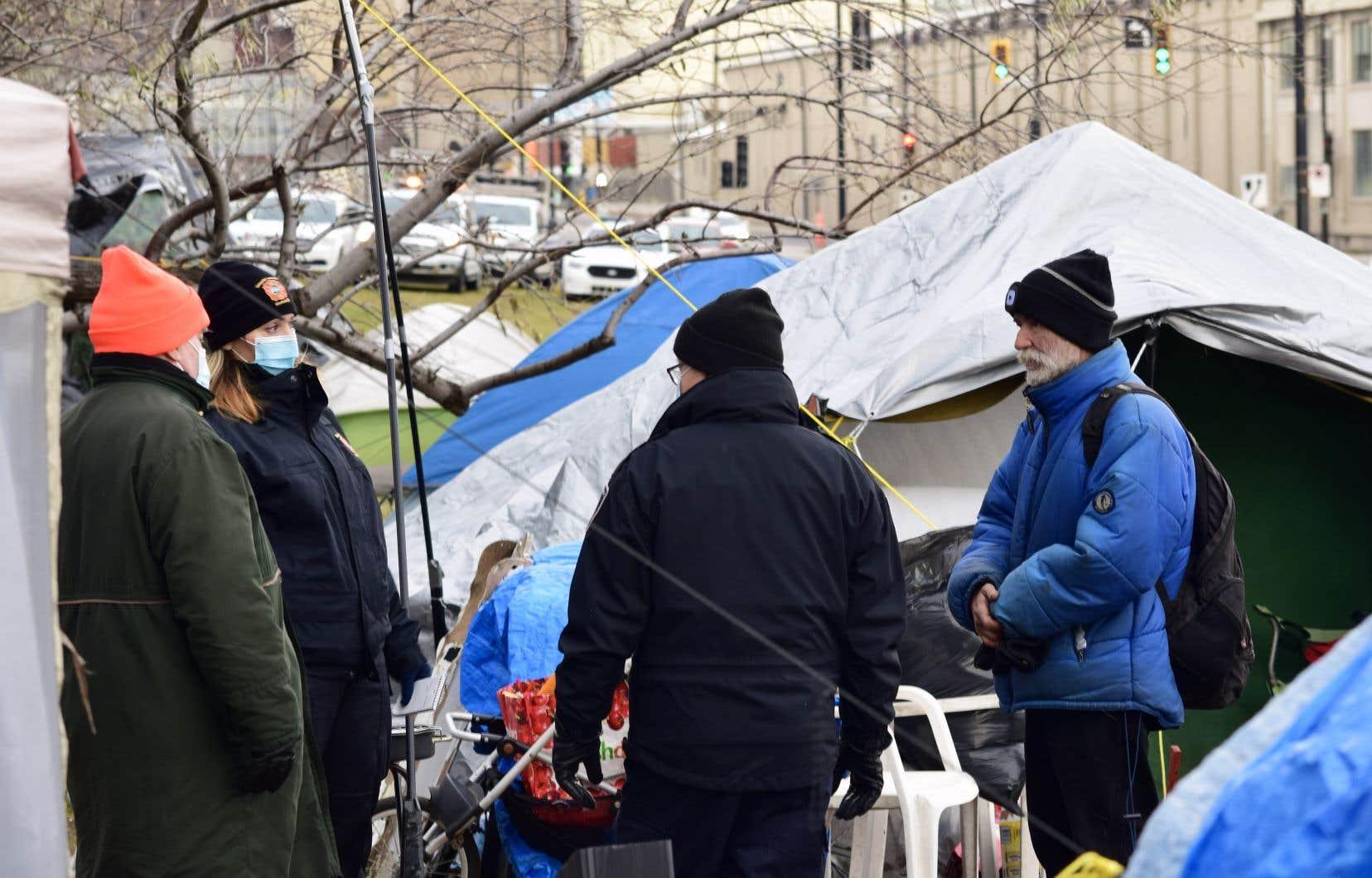 Les employés du Service de sécurité incendie ont commencé dimanche à distribuer des avis d'évacuation aux campeurs de la rue Notre-Dame.