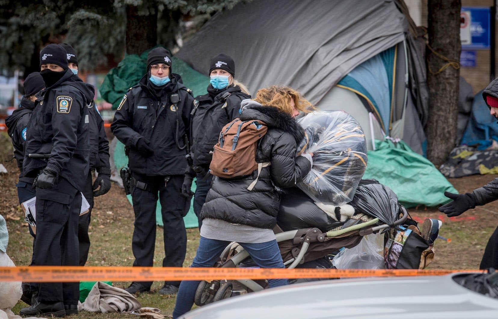 Les tentes installées sur le site en bordure de la rue Notre-Dame, à Montréal, ont été progressivement retirées, lundi, malgré la frustration de plusieurs campeurs, qui préféraient leur abri de fortune aux règles strictes des refuges.