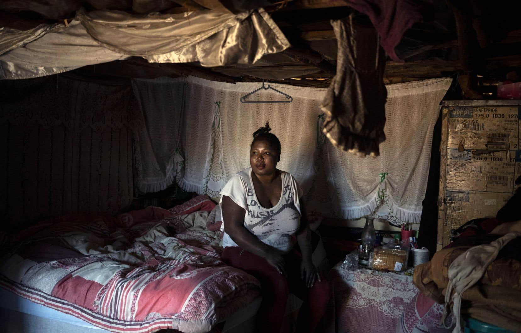 Une travailleuse du sexe séropositive attend la livraison de son traitement à Ngodwana, en Afrique du Sud. Partout dans le monde, la pandémie a perturbé l'approvisionnement en médicaments antirétroviraux, mettant en danger la vie de millions de personnes.