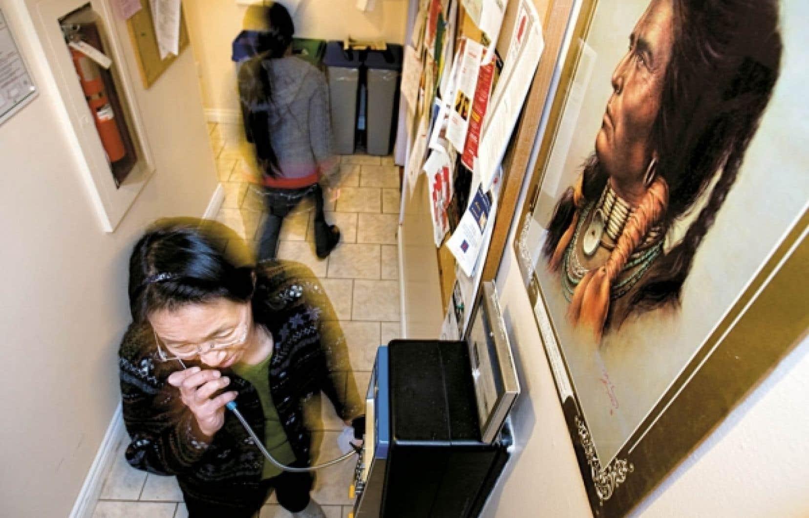 Refuge pour femmes inuites à Montréal. À une discrimination systémique dont sont victimes les Premiers Peuples s'ajoute une discrimination sourde à l'égard des autochtones, que ce soit dans les lieux de travail, dans le logement, dans les commerces, etc.<br />